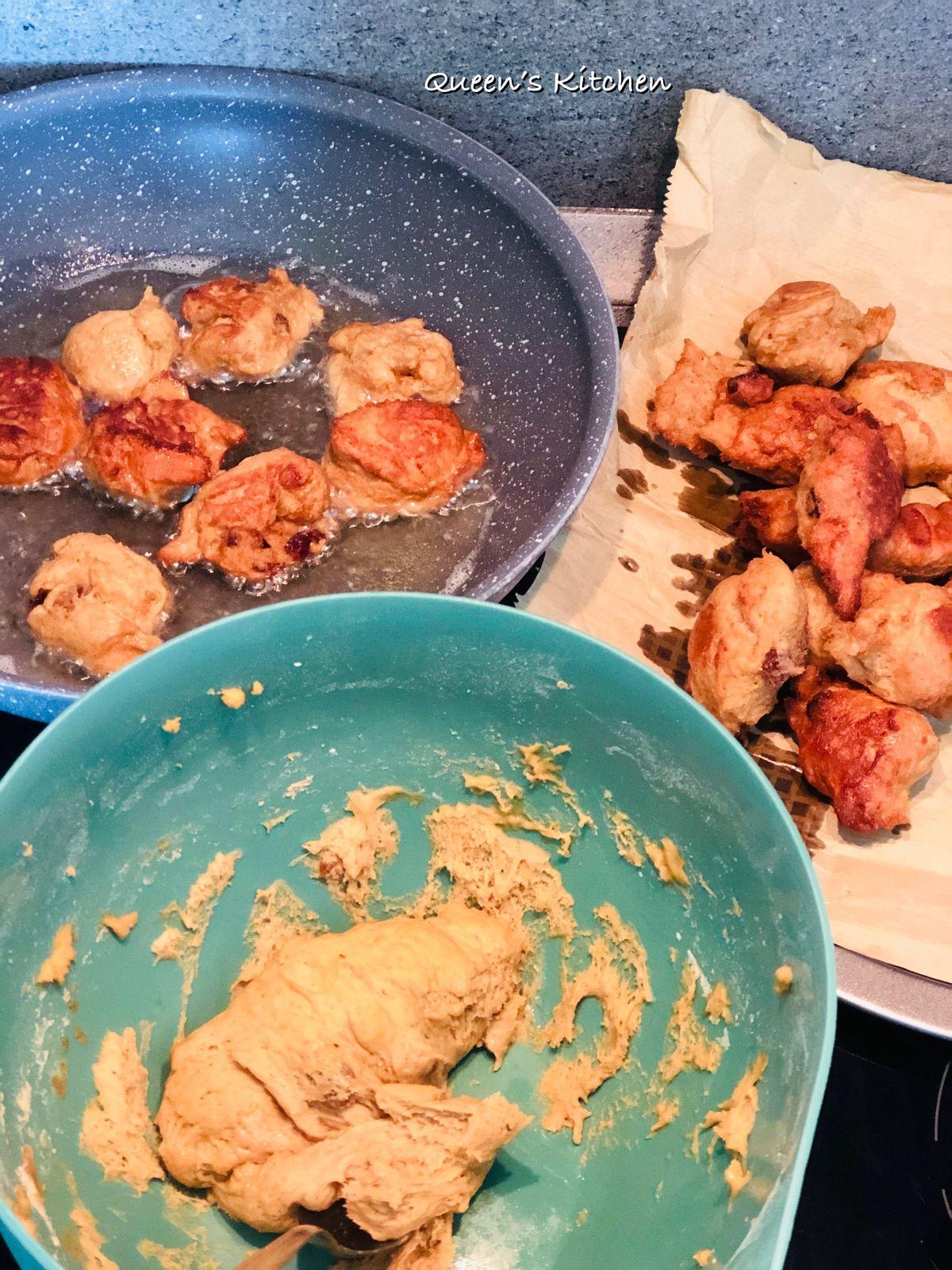 Intingere il cucchiaino nell'olio caldo aiuta a staccare meglio l'impasto.