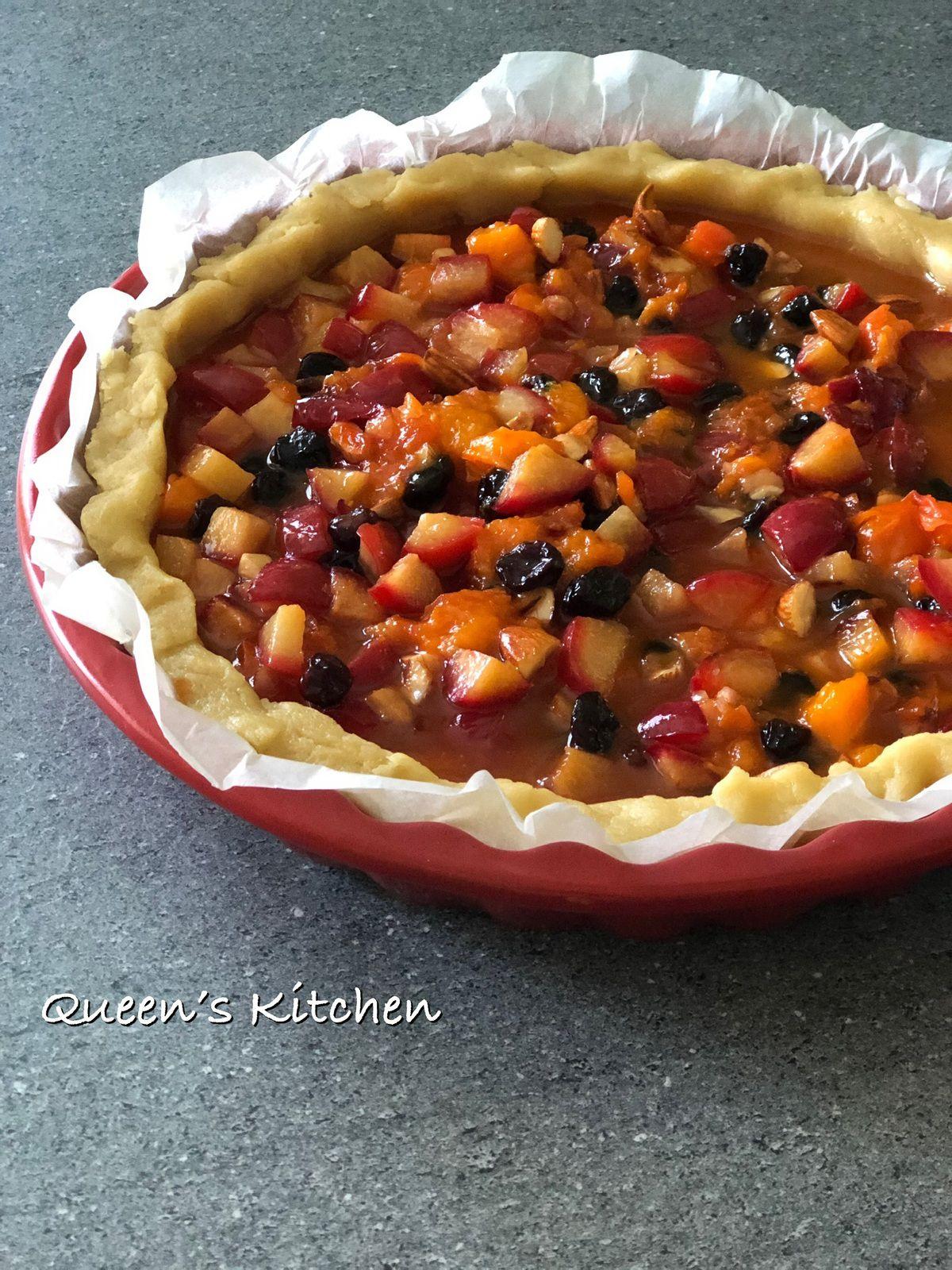 Facciamo riposare la pasta frolla in frigo e lasciamo raffreddare la frutta cotta prima di versarla nel guscio di frolla.