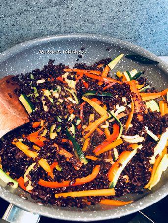 riso venere con verdure e gamberi allo zenzero