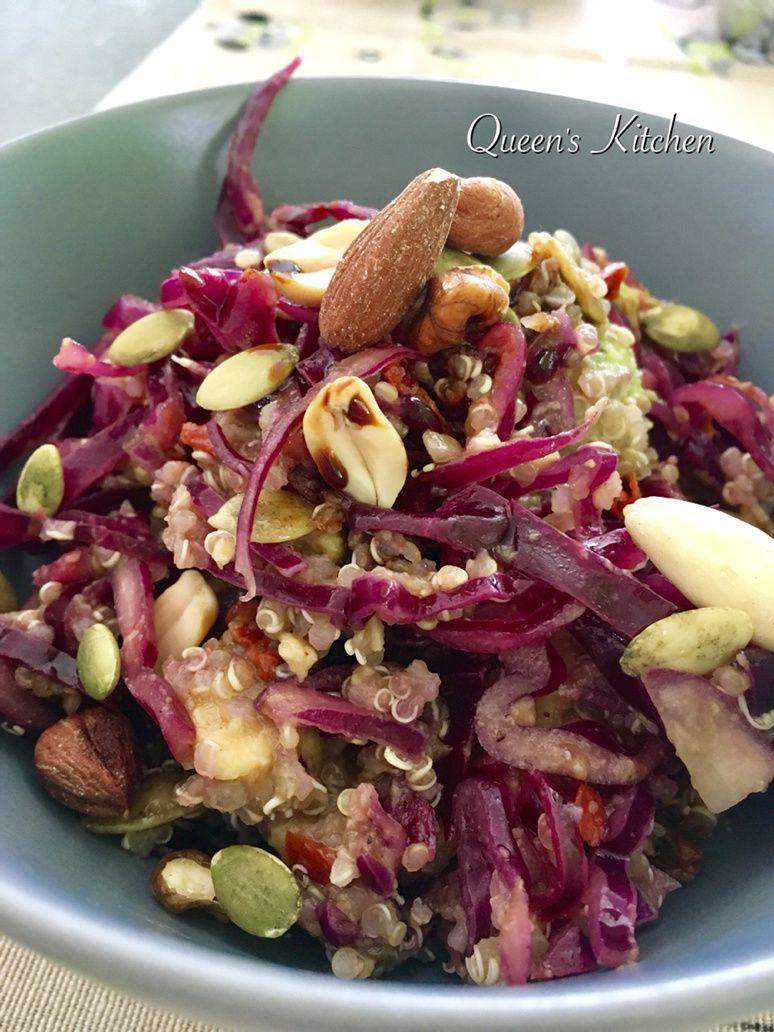 quinoa con cavolo cappuccio viola avocado e pomodori secchi