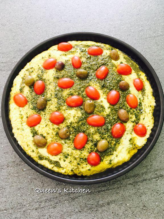 focaccia di semola al pesto con pomodorini e olive