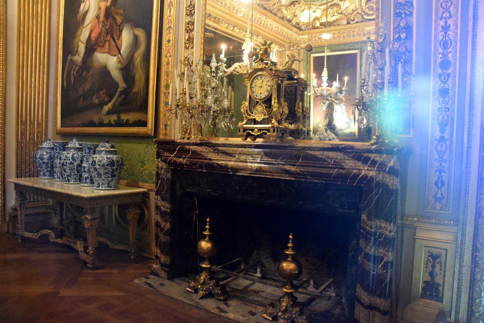 Décor de la chambre du roi : Bureau, pendule Cartel