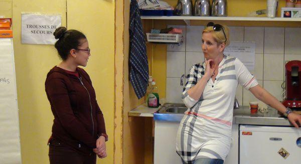 Une jeune fille remplace l'une des comédiennes et avance ses arguments.