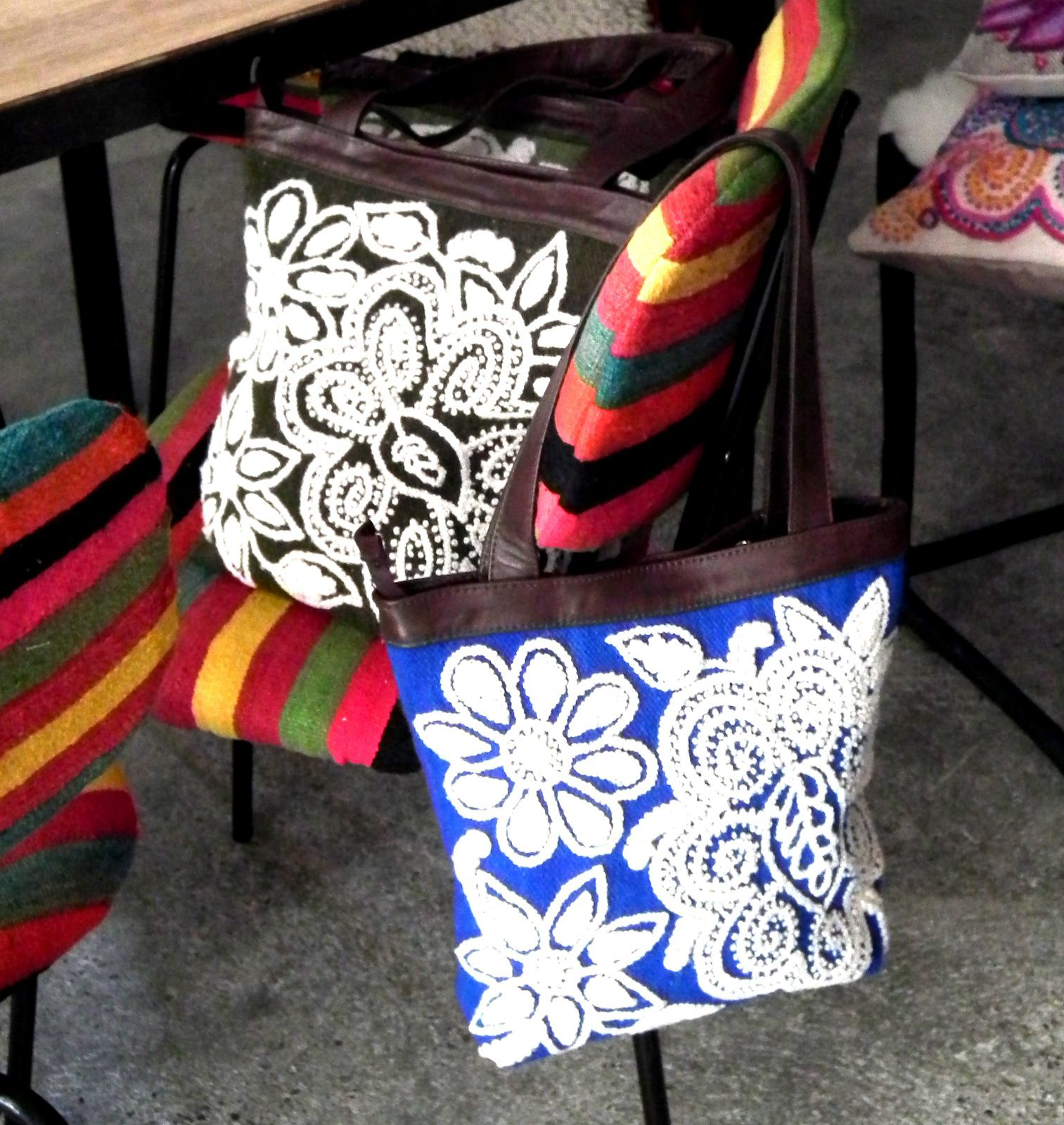 coussins et sacs en laine brodé