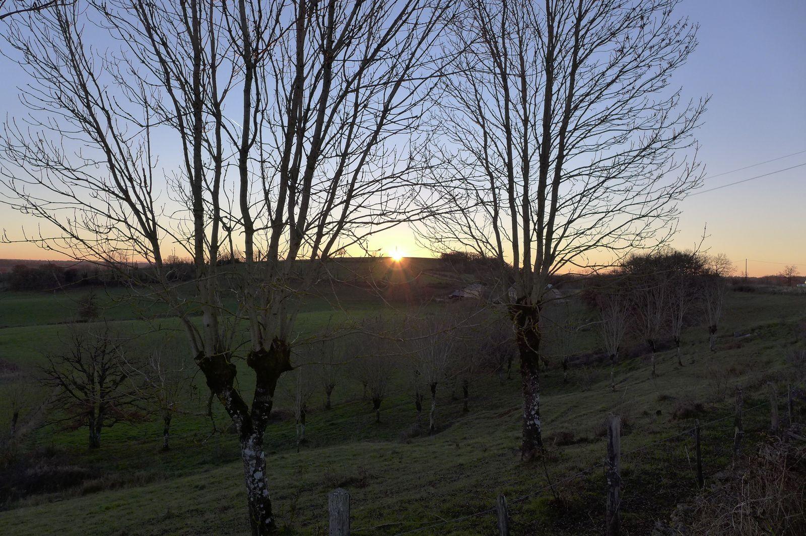 Fin de randonnée avec le soleil couchant.