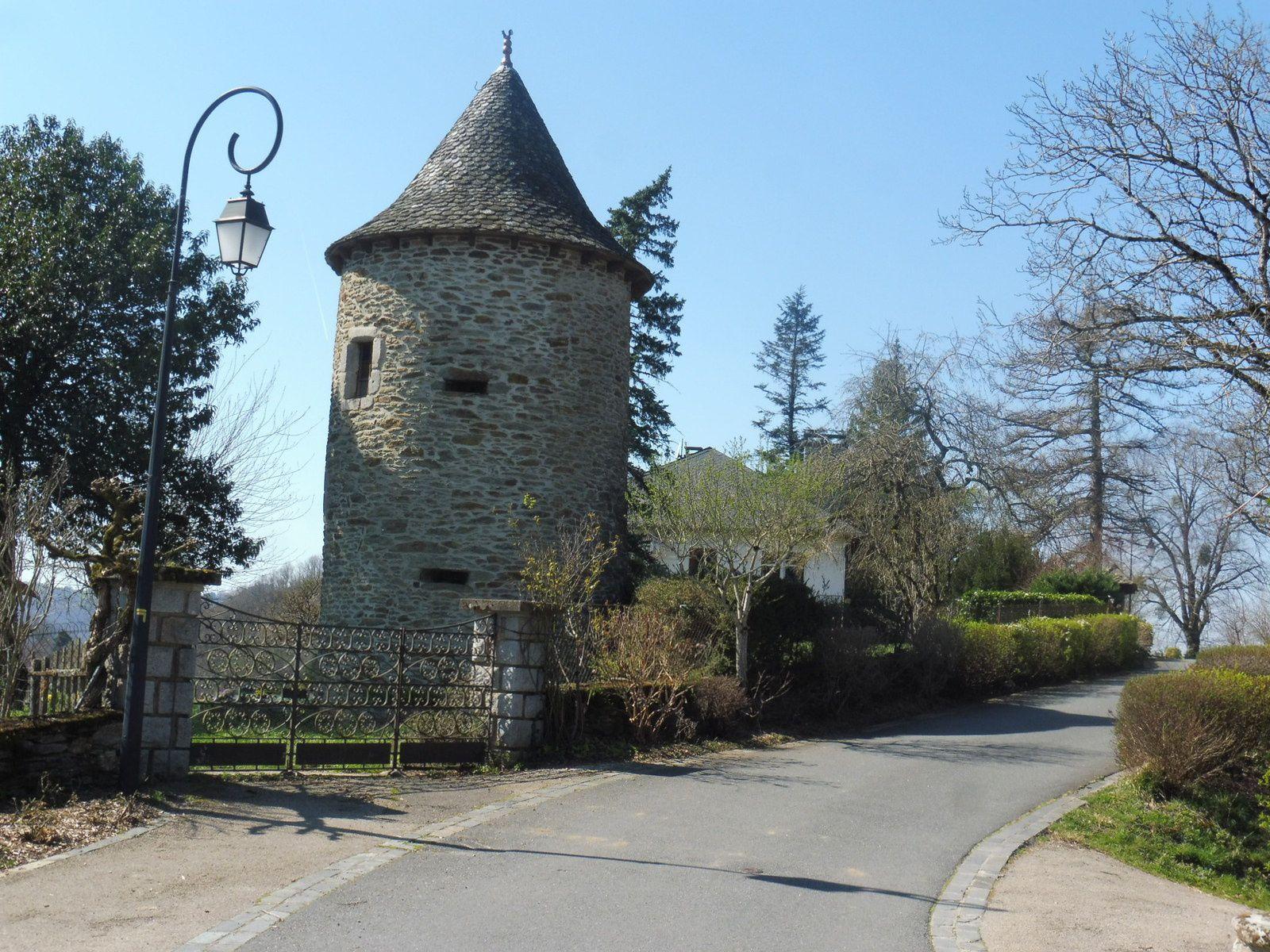 Le Fel est un village fleuri bâti sur une crête qui conserve une petite tour, vestige d'un ancien château.