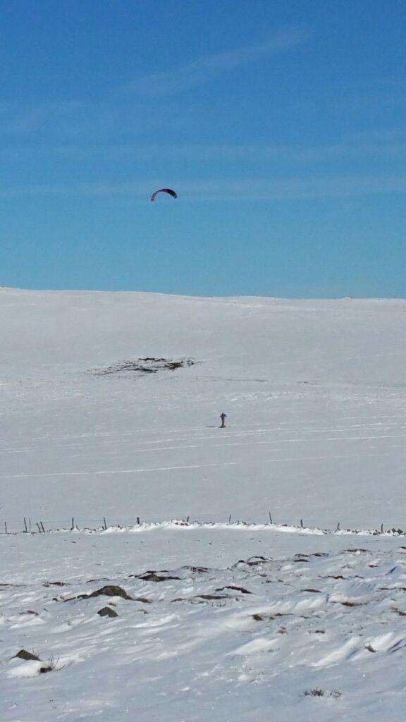 Raquettes, ski de fond ou snowkite tout est permis, il suffit d'essayer...