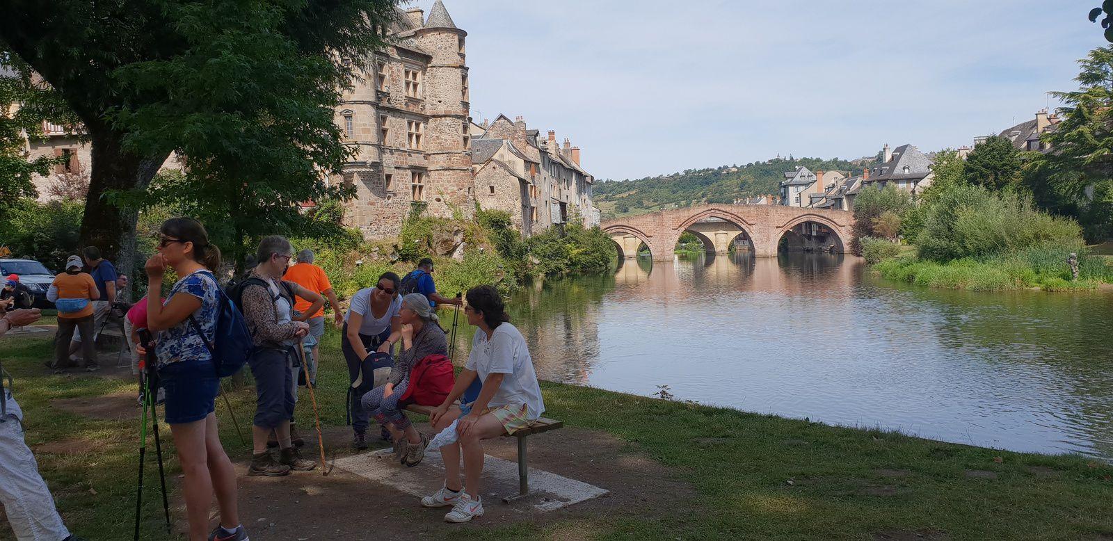 """comme cette photo à l'image d' Espalion et de son """"pont vieux"""" classé."""