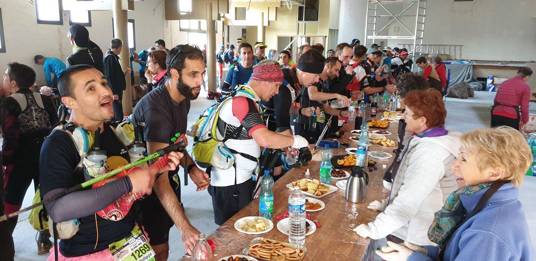 7h50 ! le premier « coureur » arrive. Rapidement chacun retrouve sa place pour accueillir, proposer et servir de quoi assouvir faim et soif des concurrents de l'Ultra Trail en solo et de la Course en Relais par 4.
