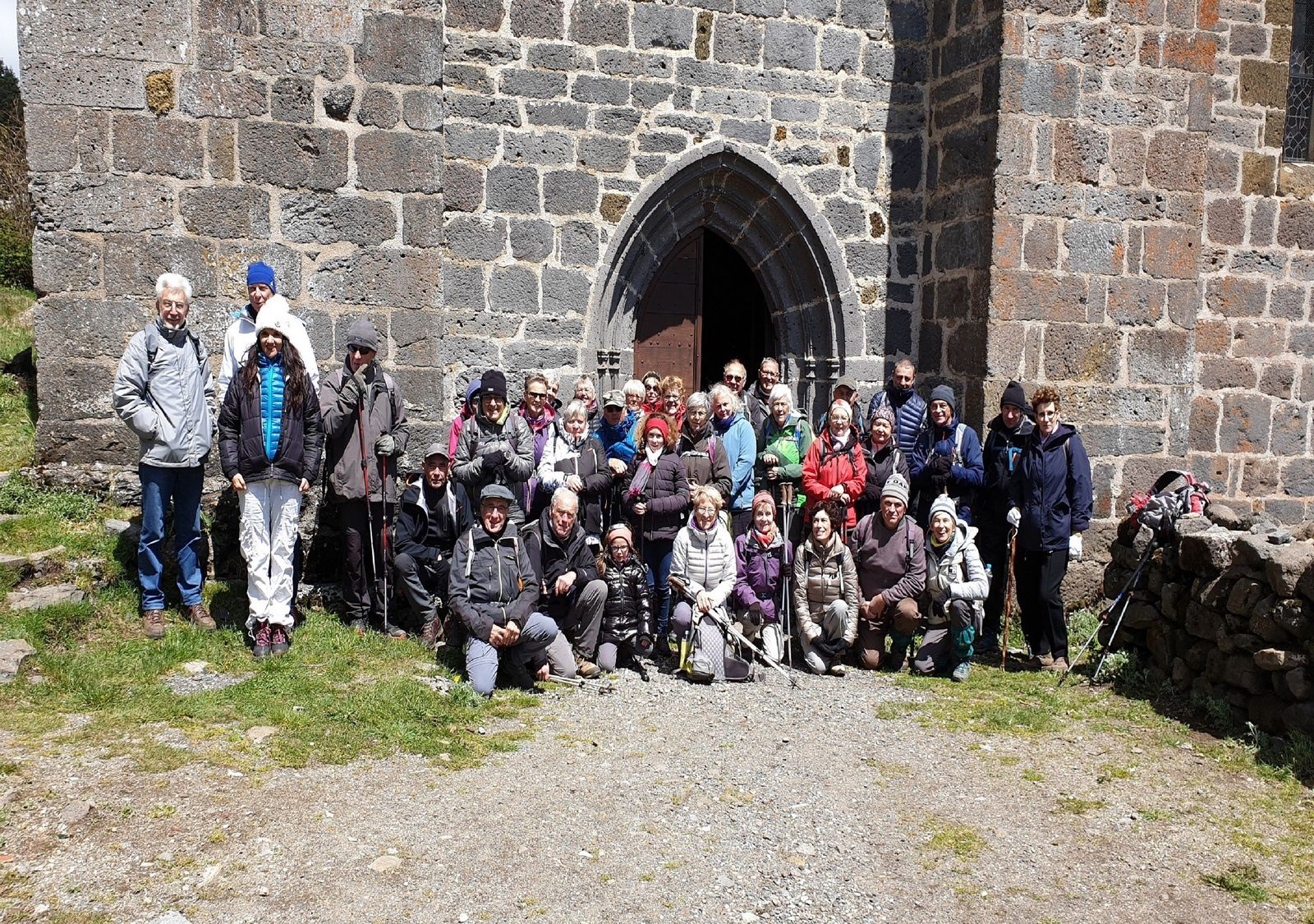 "Photo de groupe davant l""église d'Aubrac"