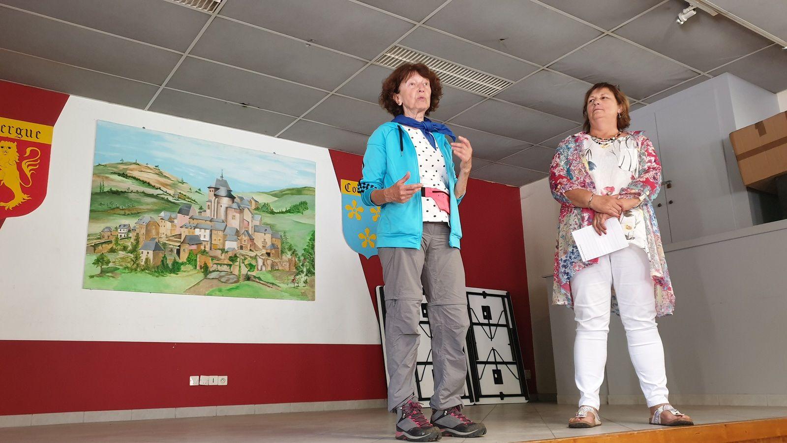 L'apéritif est offert par Mme Azémar Maire de Coubisou qui nous accueille sur sa commune, en compagnie ici de Régine présidente du club Estagnol..