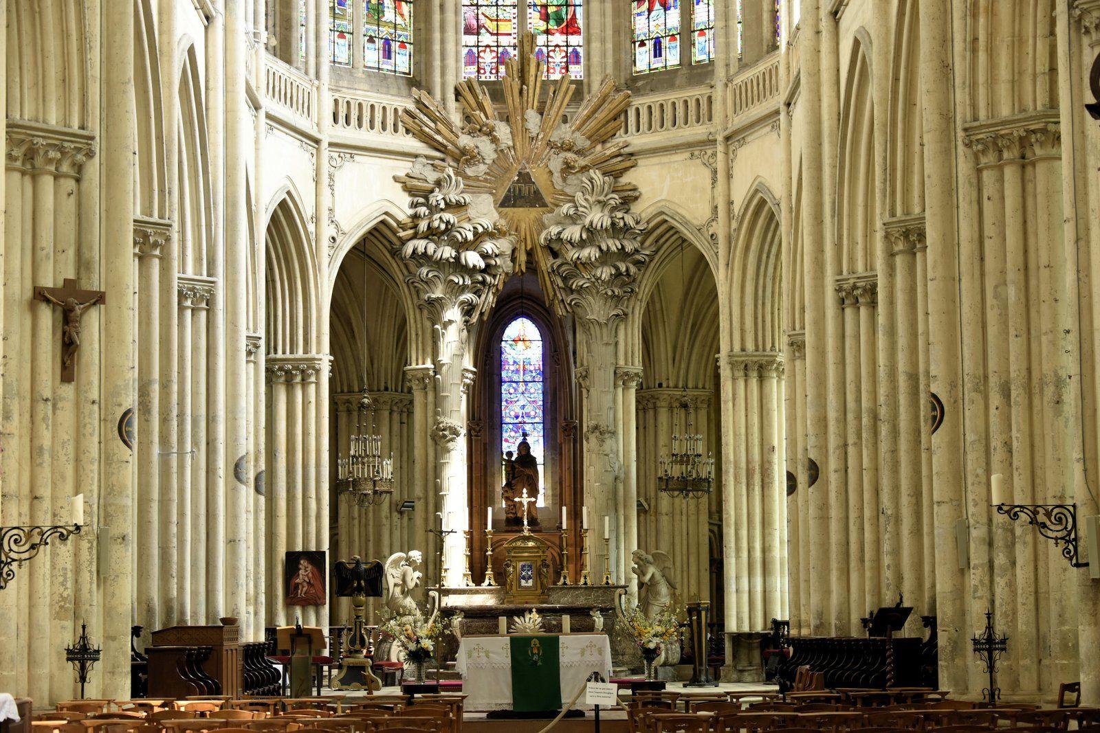 Villeneuve-sur-Yonne est une petite ville de cinq mille habitants et l'église impose sa masse au sein des maisons toutes proches. Sa construction débute au XIIIe siècle et ne s'achève qu'au XVIe avec l'ajout de la façade et des premières travées occidentales. Cette dernière partie ne fut d'ailleurs voûtée qu'au XVIIe siècle. Long de 72 mètres et large de 19, l'édifice de style gothique relève des influences bourguignonne (notamment pour l'élévation du chœur) et champenoise. Il a été classé monument historique dès 1849. les continuateurs du premier maître-maçon du XIIIe siècle sont restés fidèles au schéma choisi pour le chevet. L'église possède ainsi une grande unité architecturale, même si elle a été bâtie sur trois siècles.
