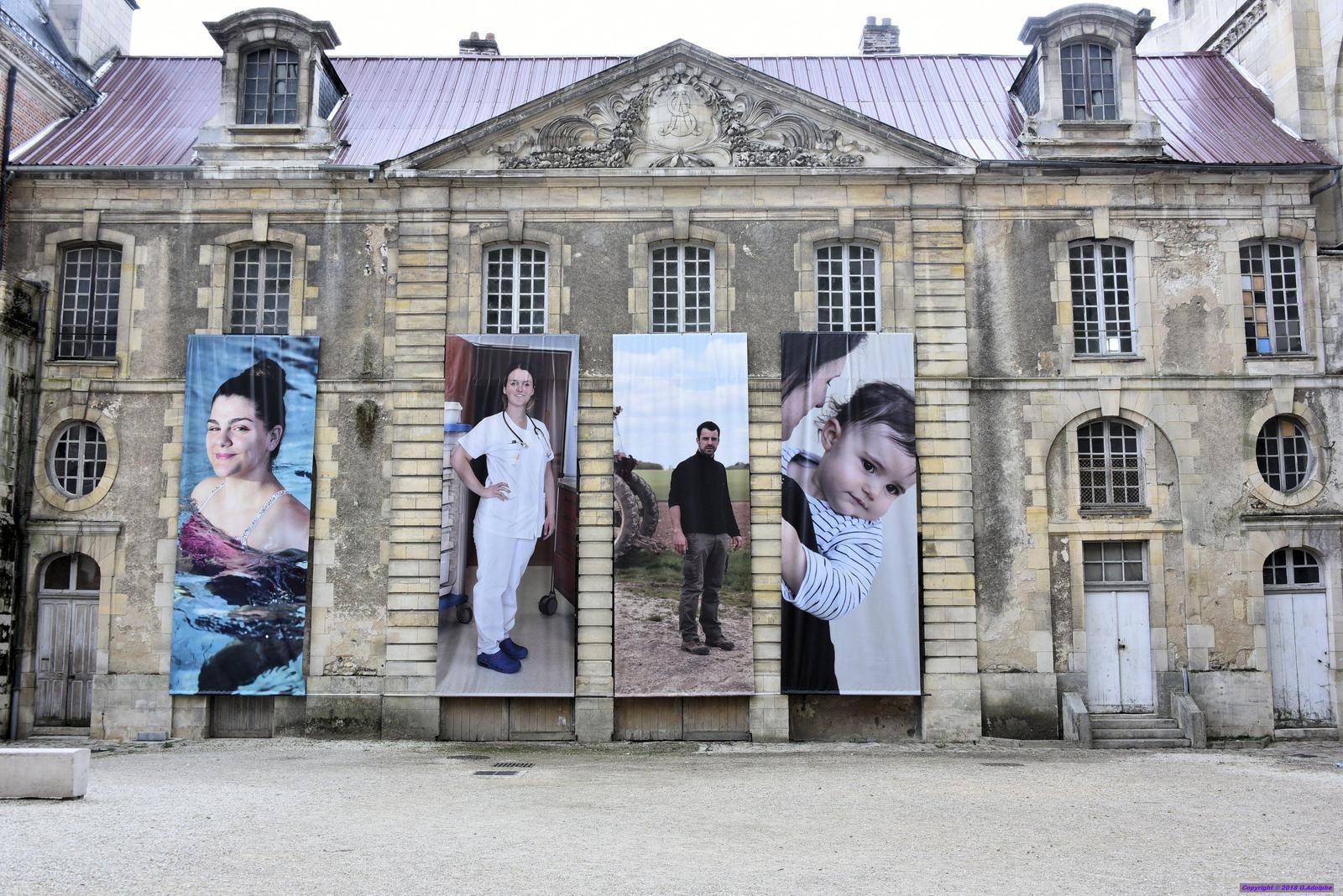 Exposition photos dans l'arrière cour de la cathédrale de SENS