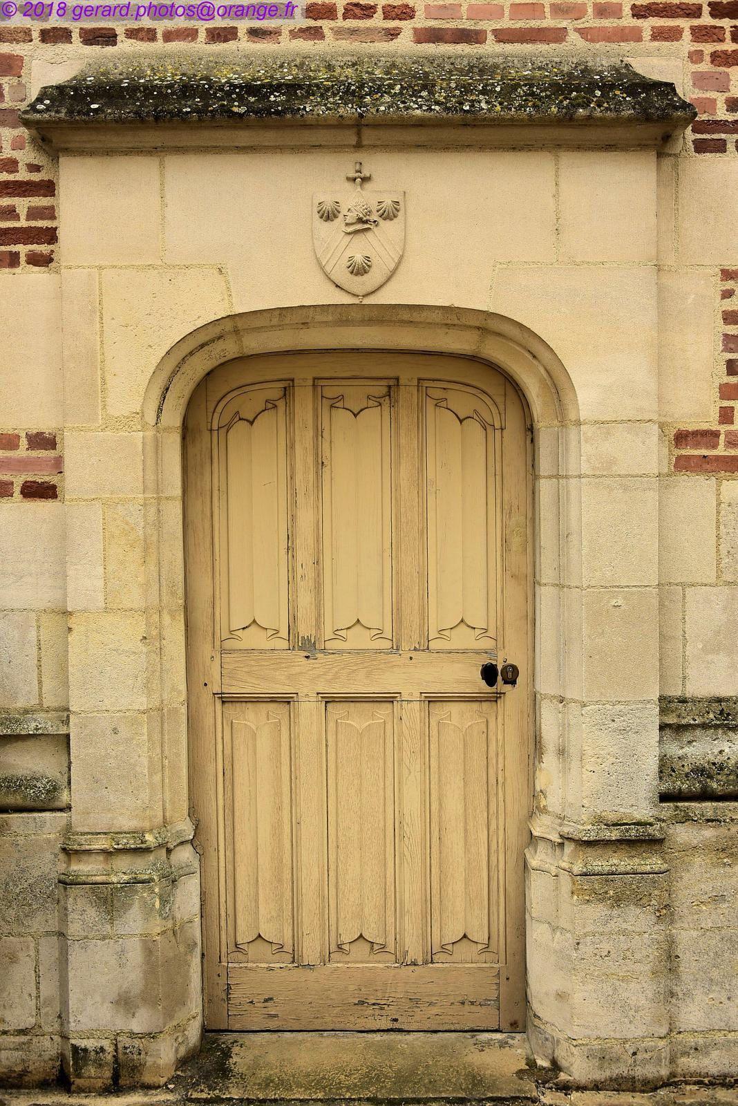 A la porte de La cathédrale Saint-Étienne de Sens,