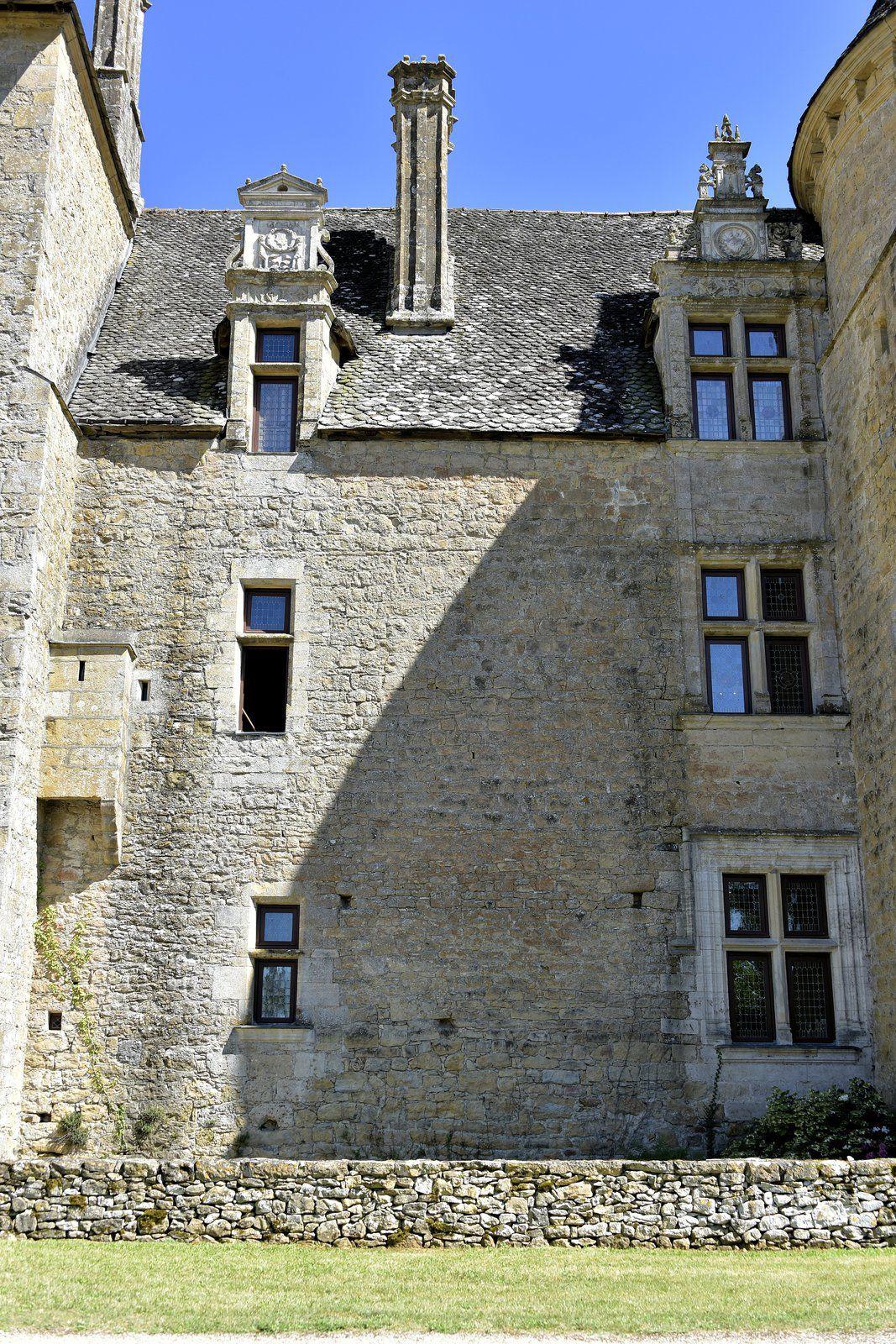 Le château de Montal au cœur de la vallée de la Bave sur la commune de Saint-Jean-Lespinasse