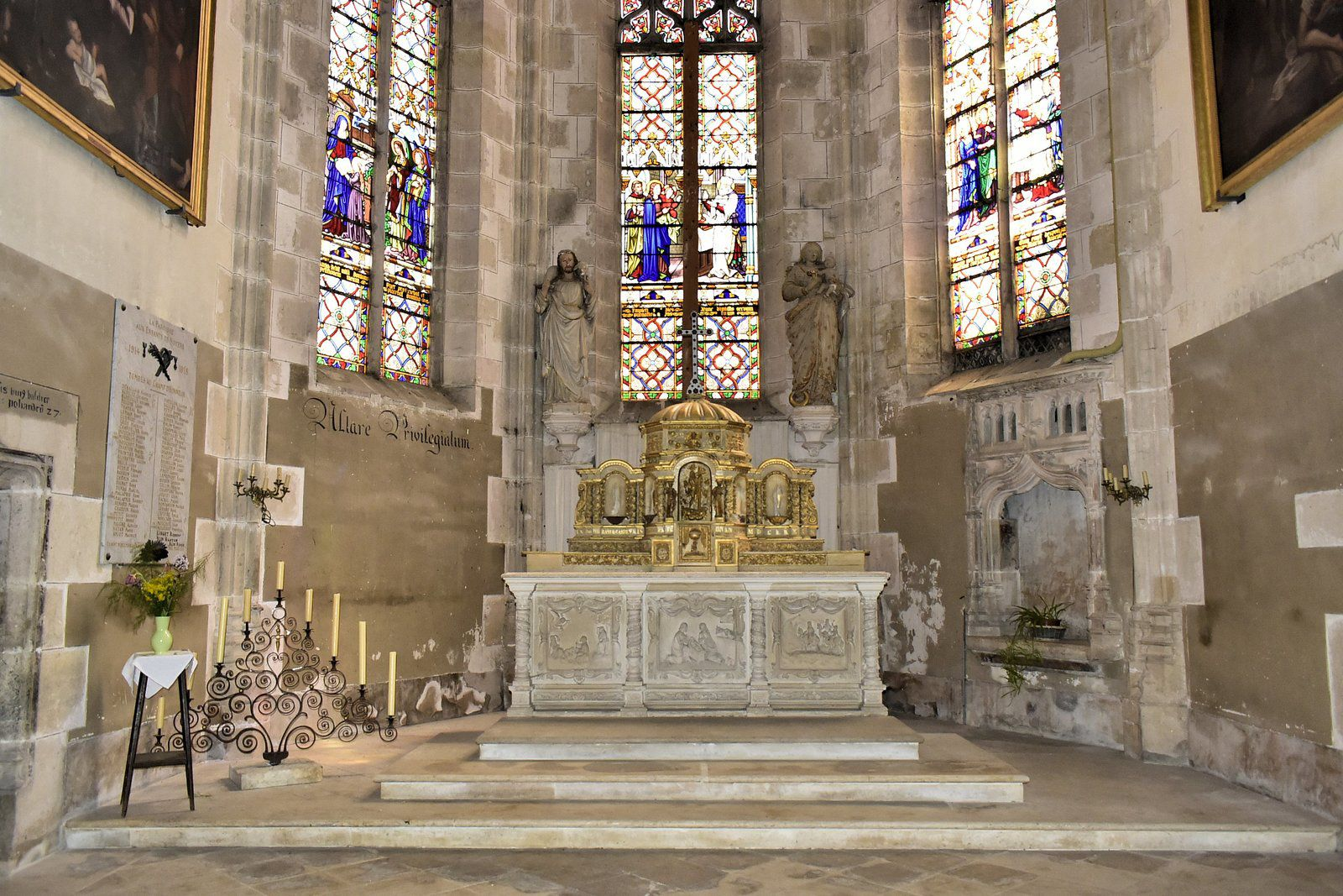 Les travaux ont débuté le 3 mai 1491 et l'église a été consacrée le 25 août 1515. Ces dates sont indiquées sur le linteau de la porte de la sacristie, à gauche du coeur.