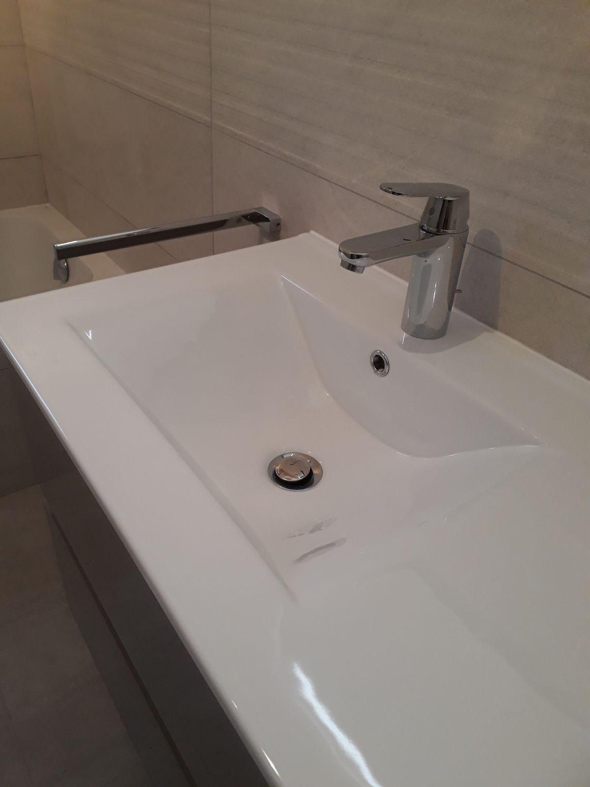 Une salle de bain sobre et chic