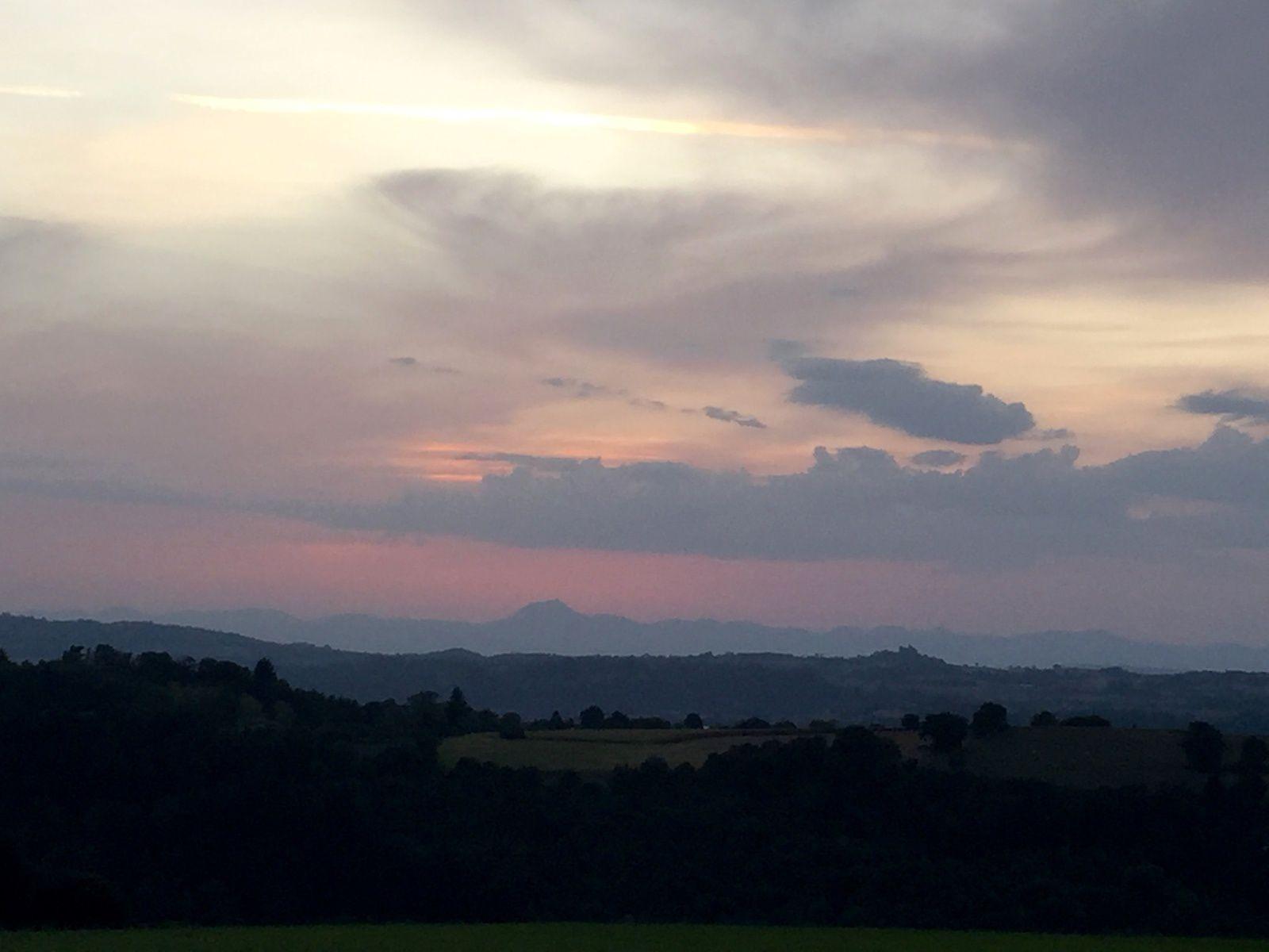 Côté Nord ou côté Sud, on trouve toujours un endroit agréable pour déjeuner ou dîner dehors. Les balades du soir sont aussi le moment idéal pour profiter du paysage et ciels.