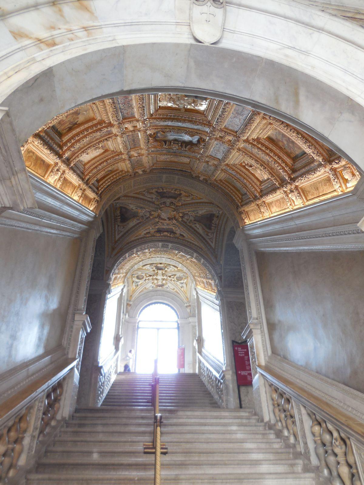 Voûte de l'escalier ornée de décorations en stuc blanc et en or. Escalier conçu par Jacopo Sansovino en 1555 et terminé par Scarpagnino en 1559.