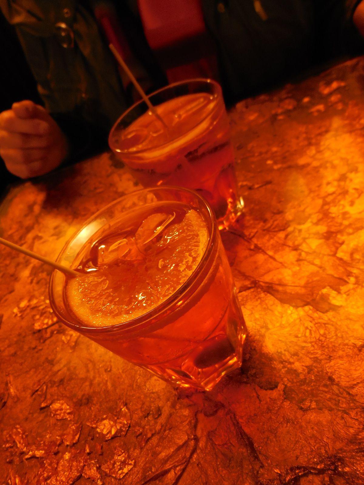 """et le """"Spritz"""" apéritif à base de vin blanc, Campari et eau de Seltz."""