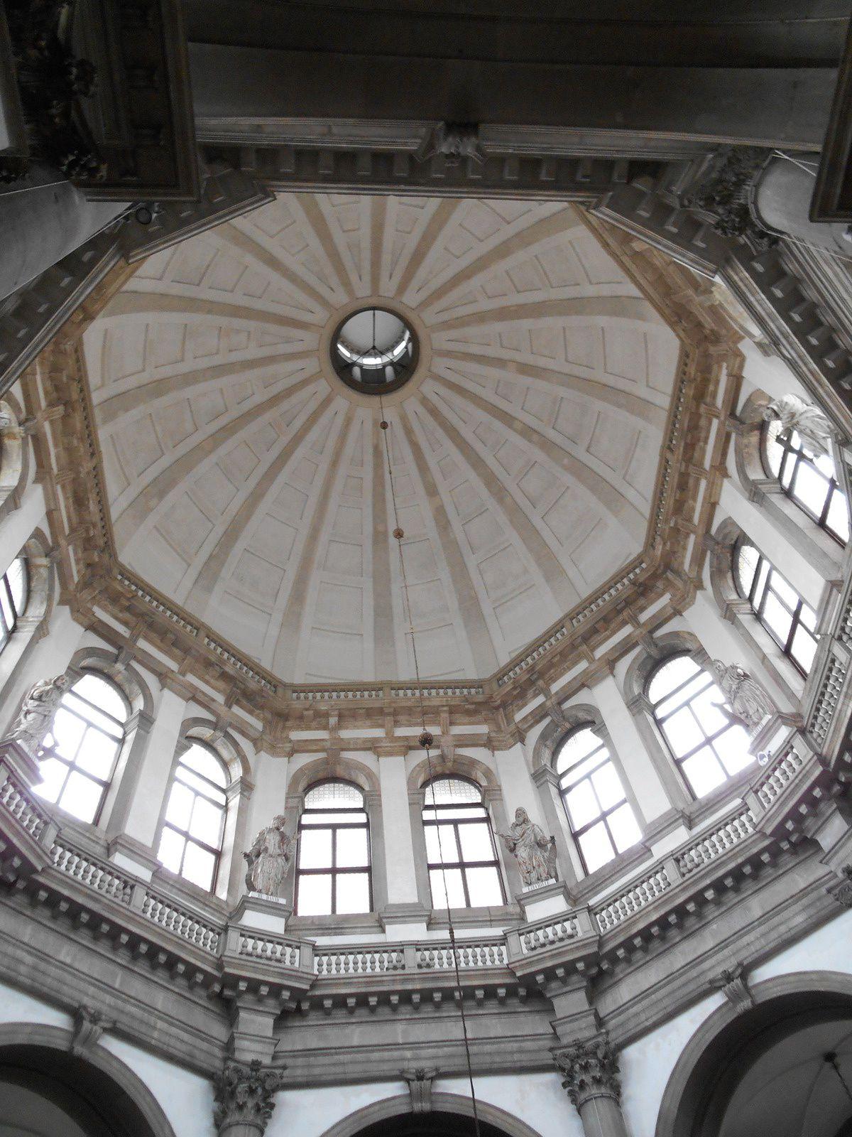 La coupole principale dicte la forme de l'édifice: 6 chapelles s'ordonnent autour de l'espace central.
