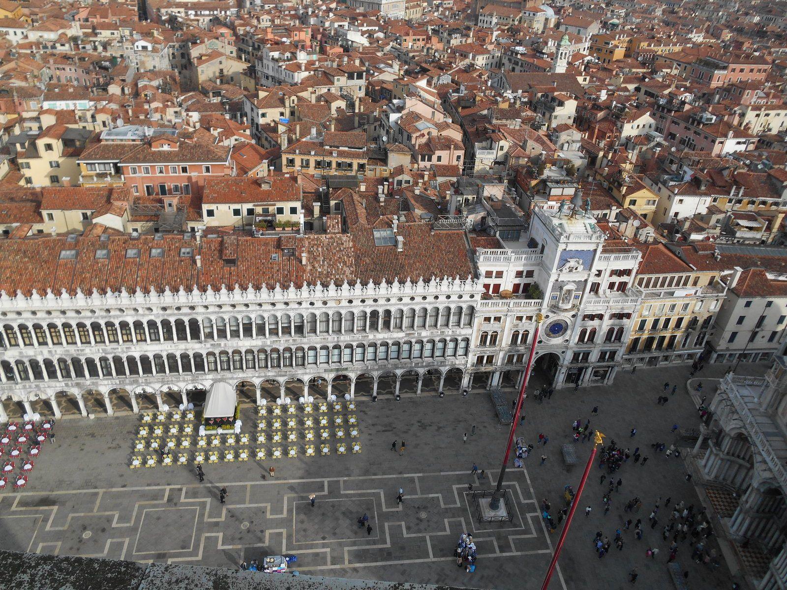La Place San Marco, la tour de l'Horloge et la terrasse du Café Quadri.