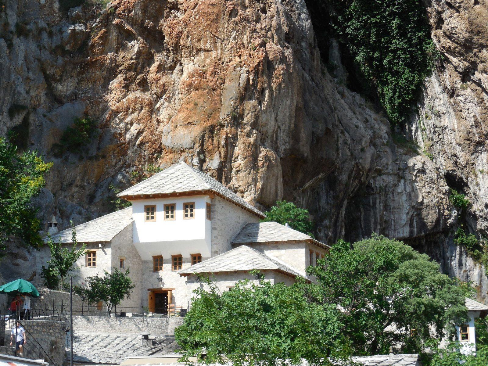 A droite de cette demeure, sortant d'une grotte,se trouve la source de la rivière Buna, un affluent de la Neretva