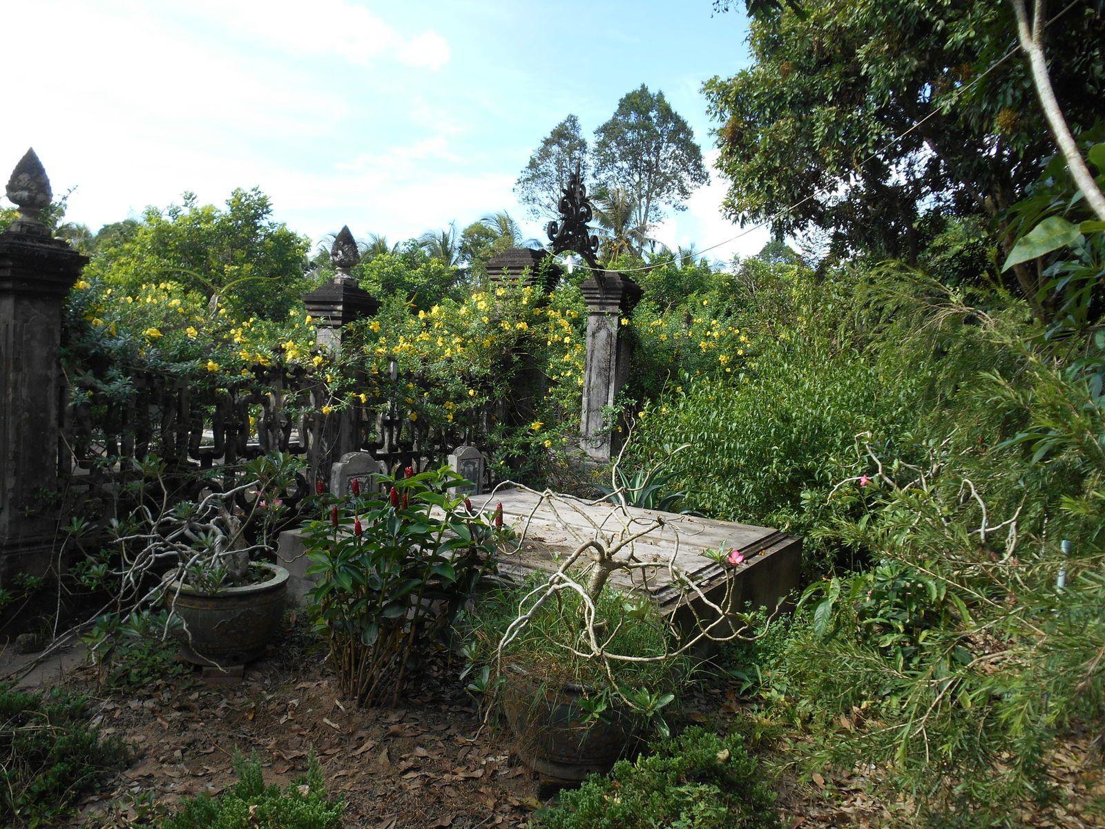 A la fin du repas, visite du parc. Les défunts sont enterrés dans la propriété.