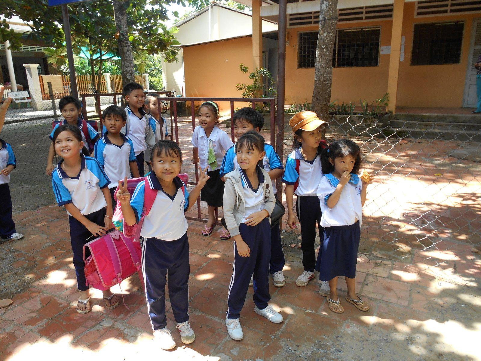 Enfants sortant de l'école...partout, tenue identique pour tous!