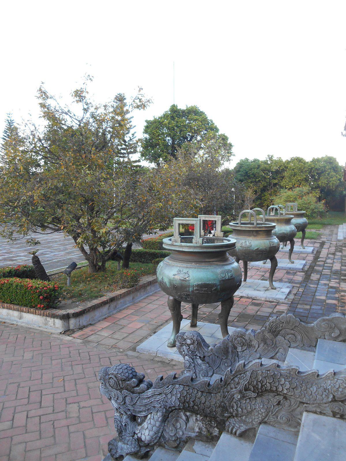 Les urnes dynastiques sont au nombre de 9 et pèsent chacune entre 2 et 2,5 tonnes. Chaque urne est décorée de 17 dessins évoquant les beautés du Viet Nam.