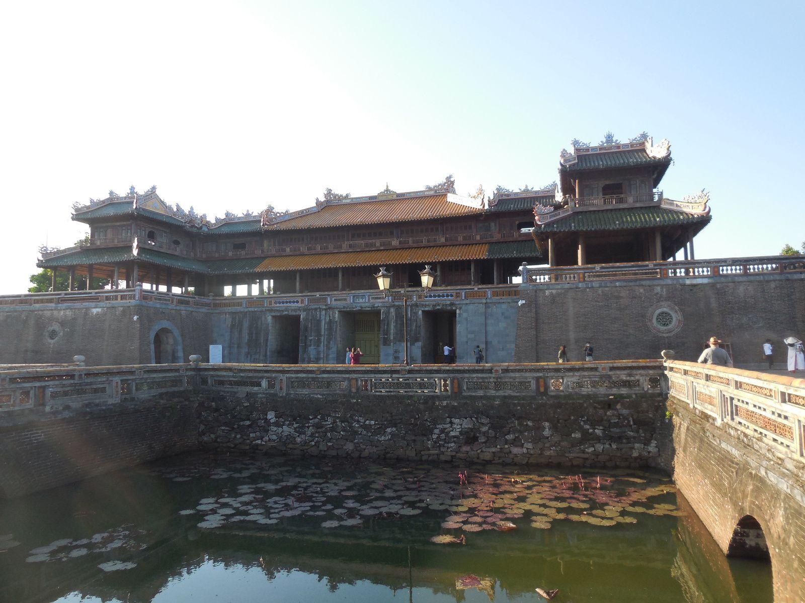Nous entrons par la porte Sud (ou porte du Midi)...(Construite en 1833 sous le règne de Minh Mang et restaurée en 1990 avec l'aide de l'Unesco et du Japon).