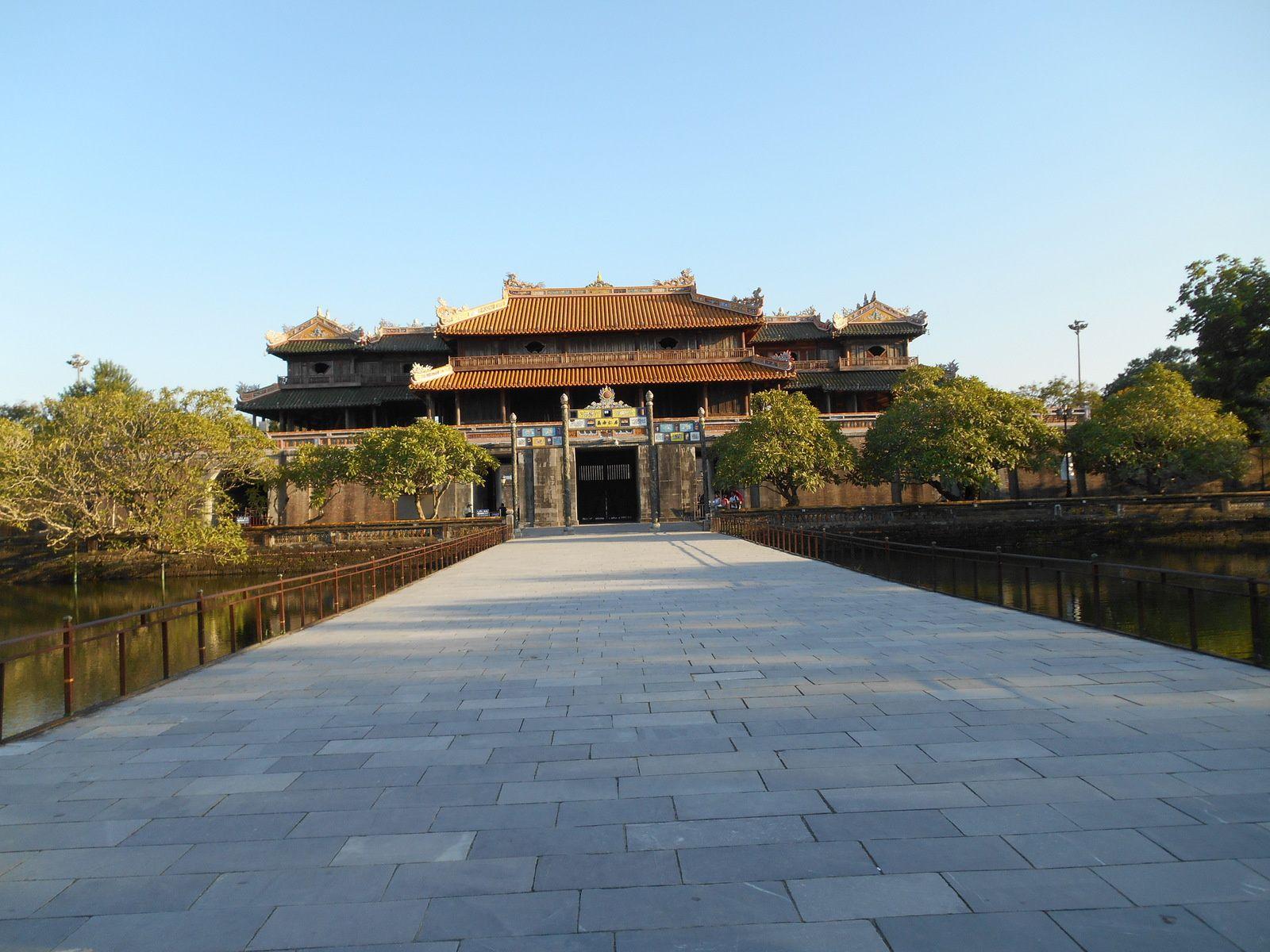 Nous pénétrons dans la cité interdite en franchissant le pont Trung Dao qui enjambe le lac Thai Dich.