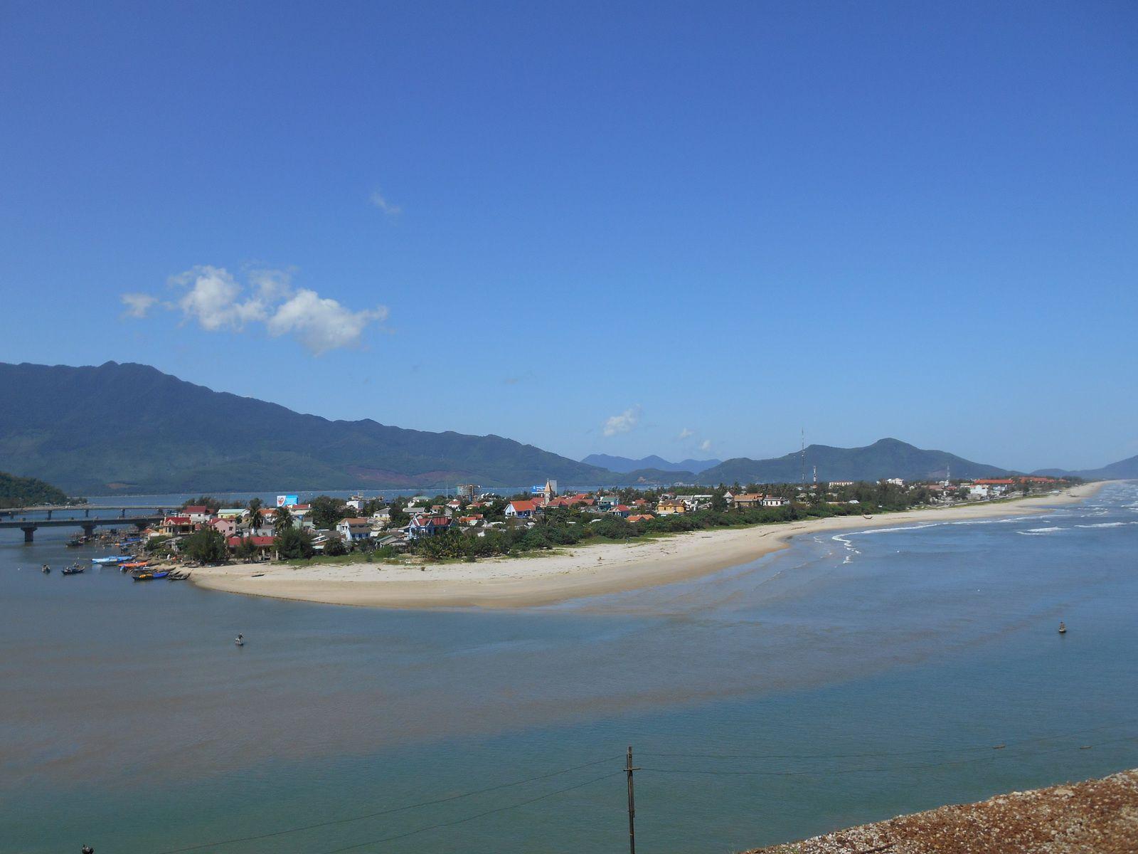De l'autre côté du col, le village de Lang Co.