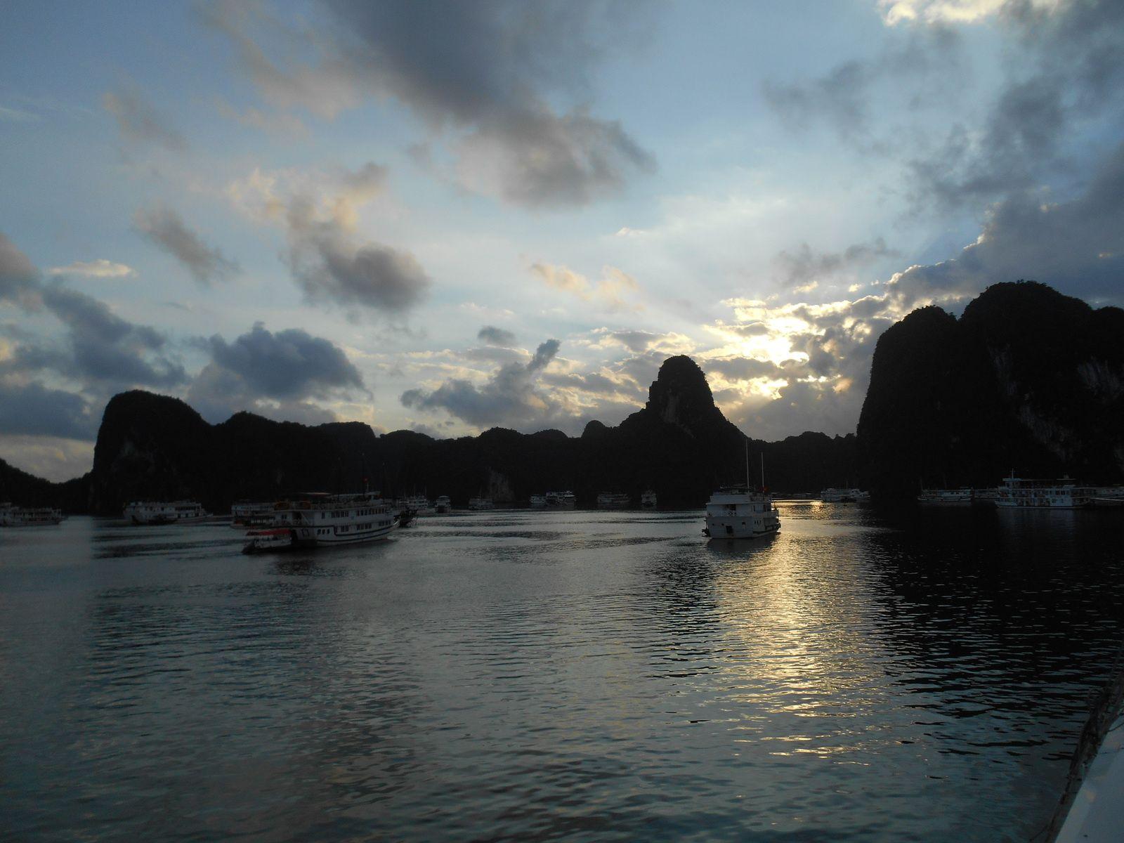 Le soir venu, les bateaux sont tous amarrés dans le même secteur pour faciliter des soins éventuels ou interventions en cas d'urgence