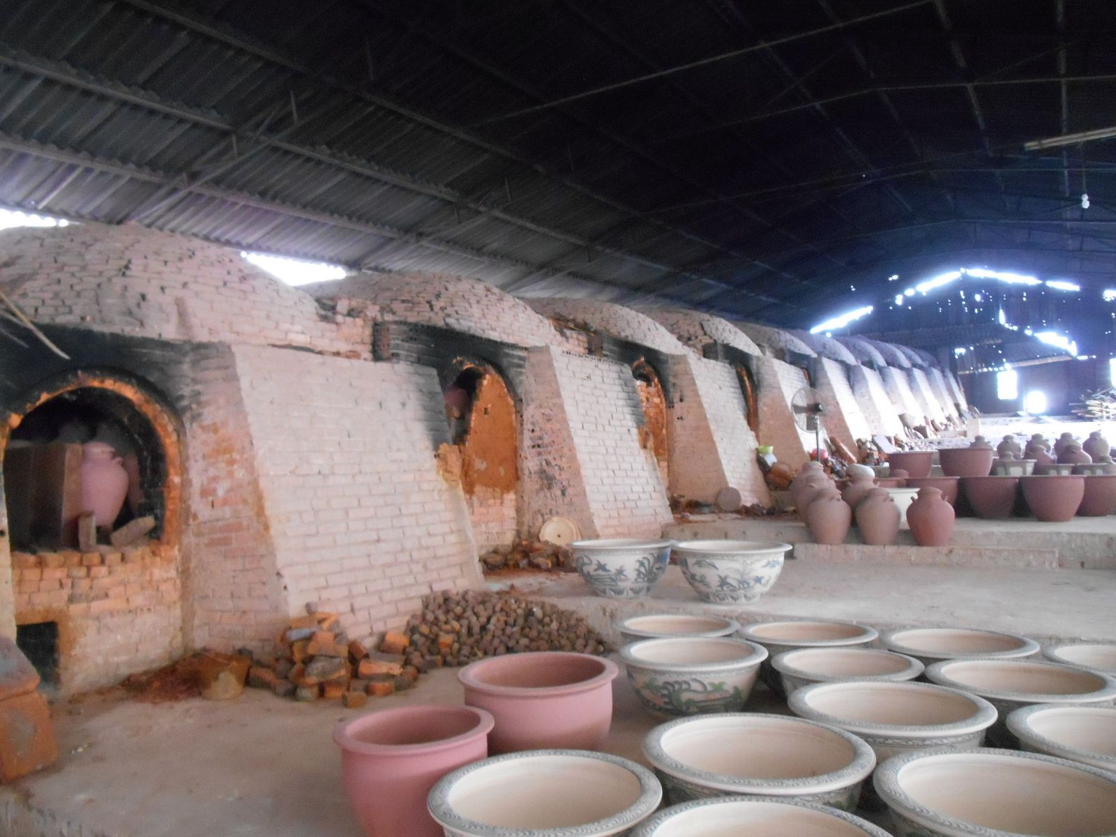 Ensuite, les poteries cuisent dans ces grands fours durant un mois.