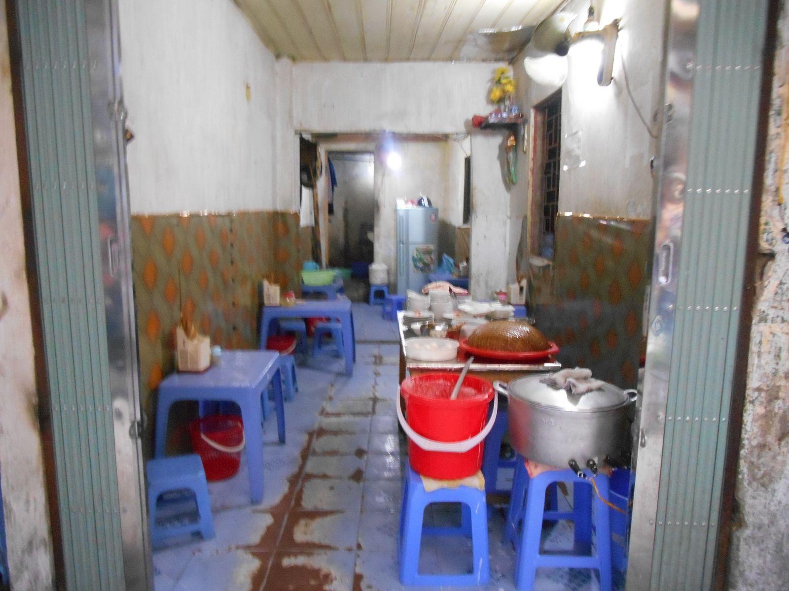 Préparation de plats dans des locaux exigus...