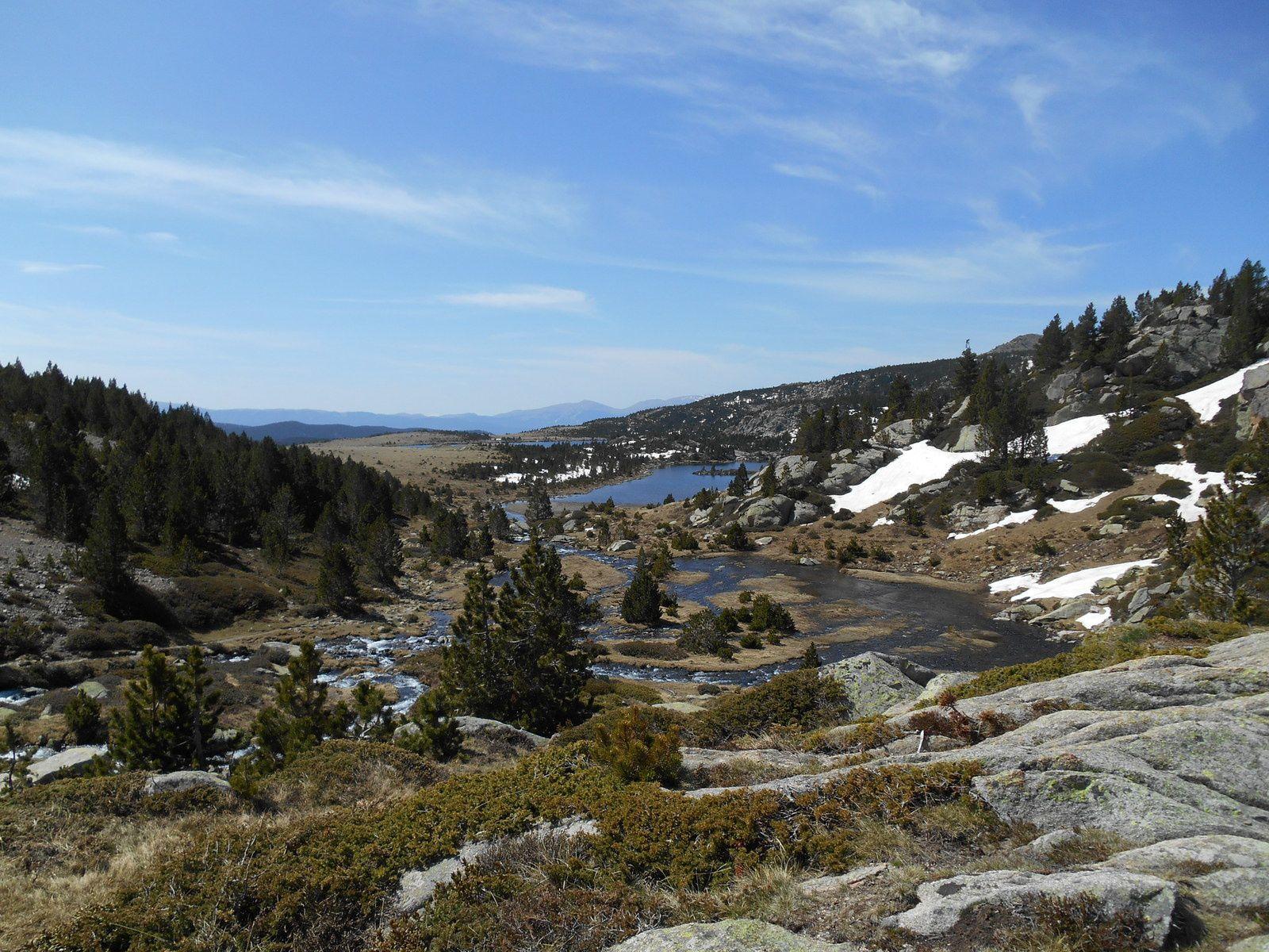 A l'arrière plan, les lacs Llong et LLat.