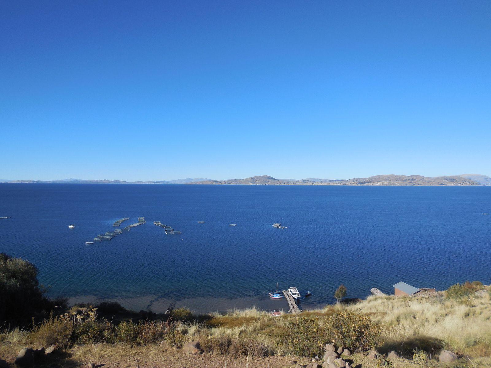 En bordure du lac, élevage de truites appartenant à la communauté.