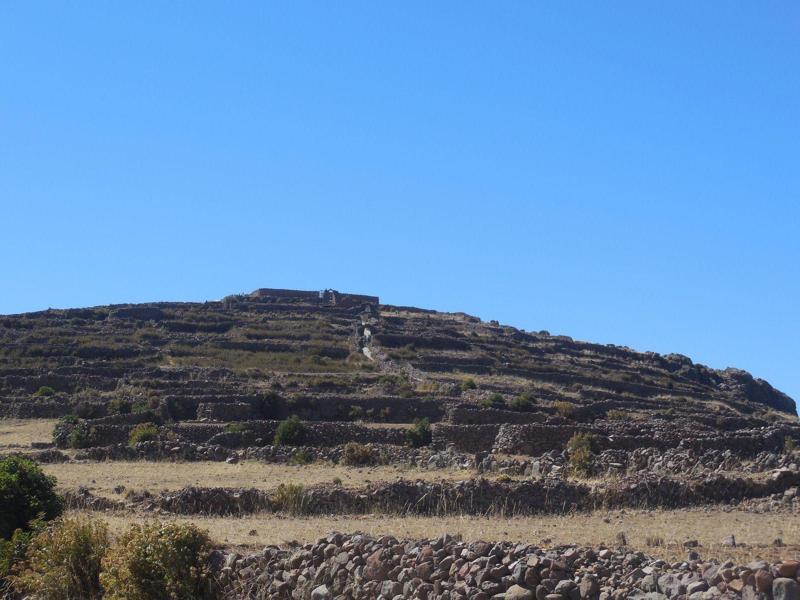 En haut du sommet se trouvent les ruines d'un site pré-inca datant de l'époque Tiahuanaco.