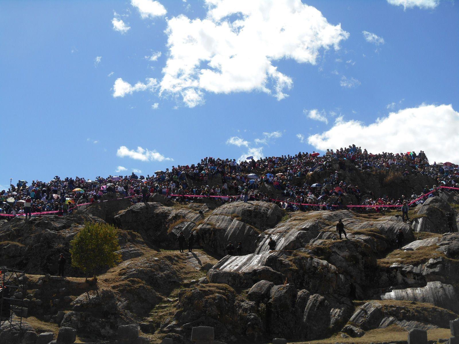 Les spectateurs s'entassent sur les collines alentour...(20000, 50000, 100000...difficile à chiffrer!)