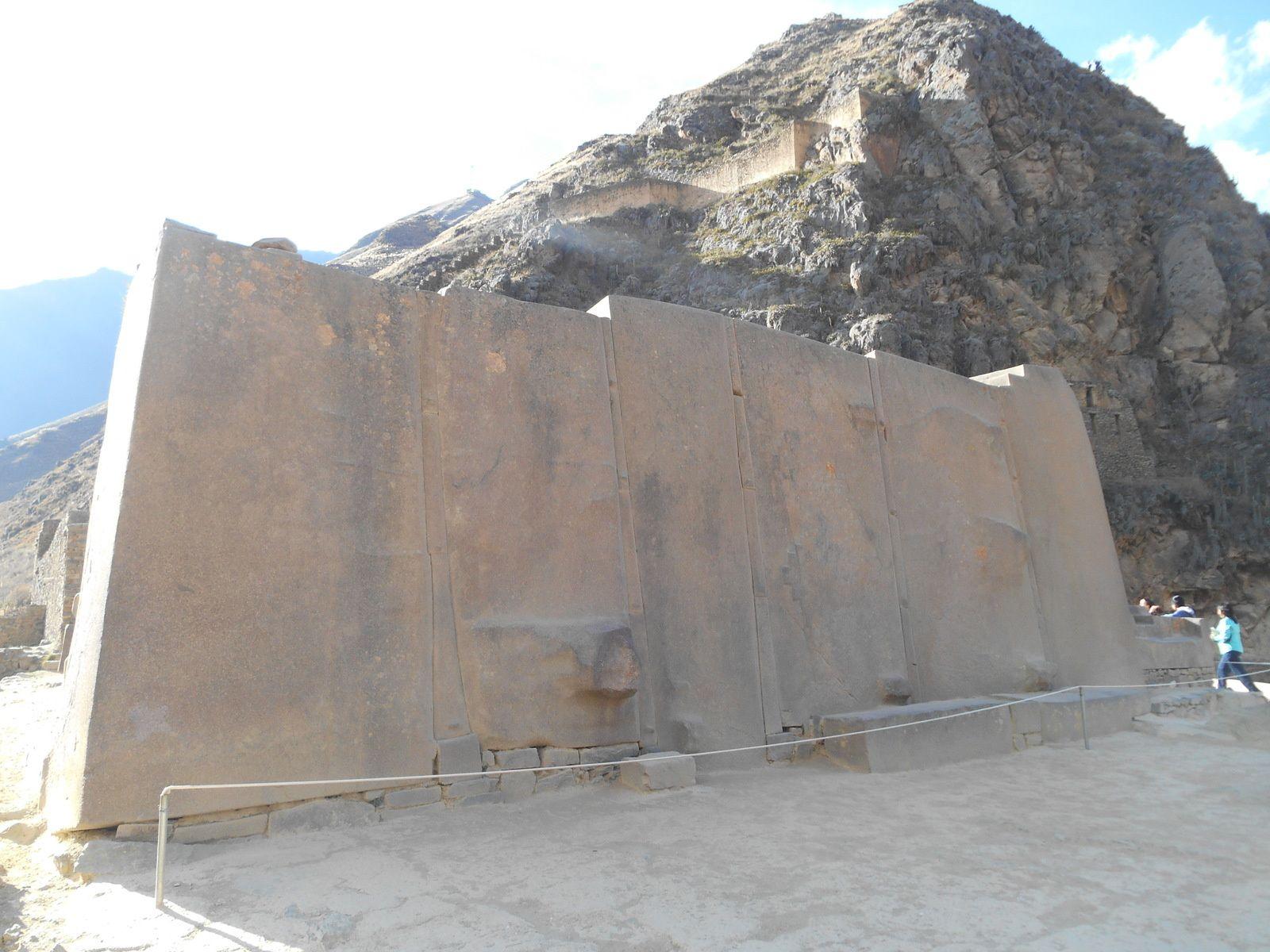Le temple du Soleil dont il ne subsiste que cet énorme pan de mur constitué de 6 monolithes en porphyre rose.