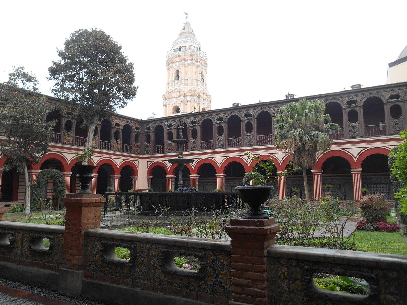 Le cloître du couvent  dont les galeries sont ornées d'azulejos sévillans du 17è siècle et les plafonds de caissons de bois sculpté.