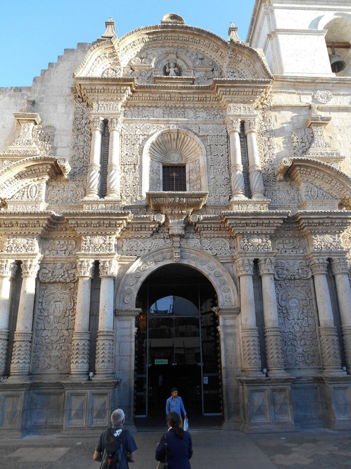 Façade baroque taillée dans le sillar (type de roche volcanique).