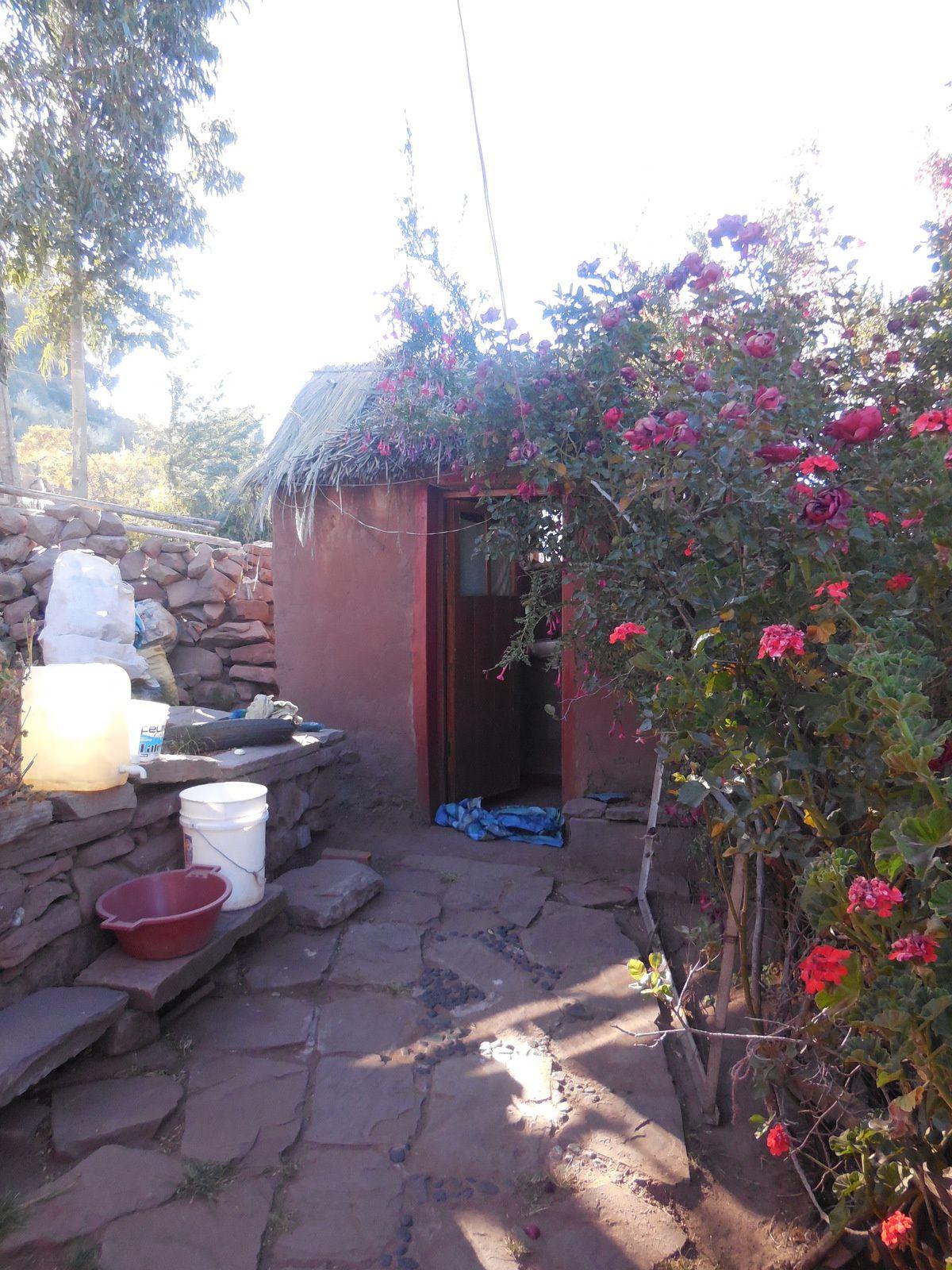 Le coin toilette. L'eau courante n'étant pas encore arrivée jusqu'ici, nous vivons à l'ancienne!