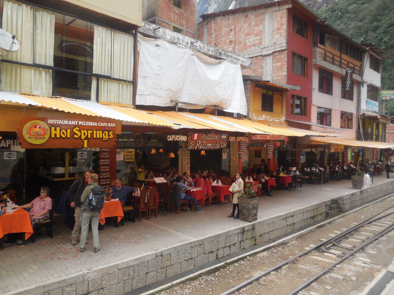 La voie ferrée longe boutiques et restaurants...