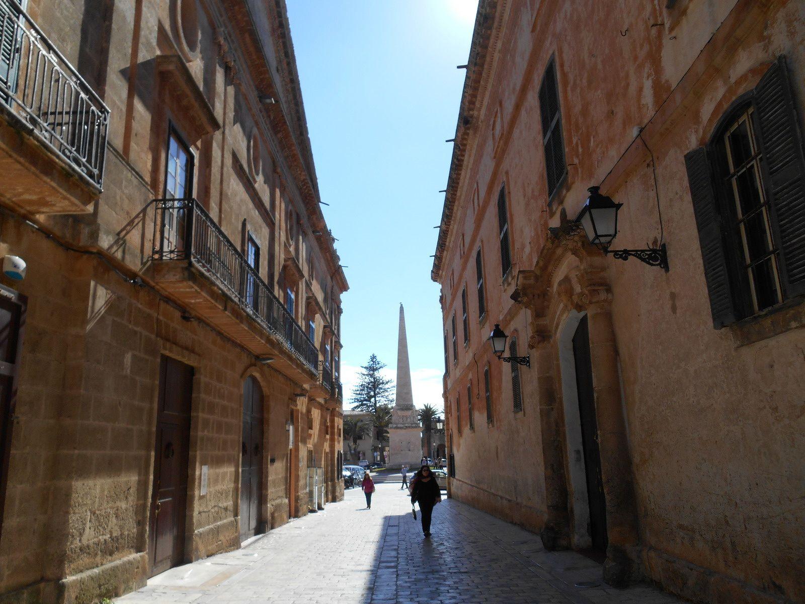 En 1558, 15000 pirates Turcs firent le siège de la ville. Celà dura 9 jours. Pour commémorer cette résistance, cette obélisque a été érigée sur la Plaça dets Born.