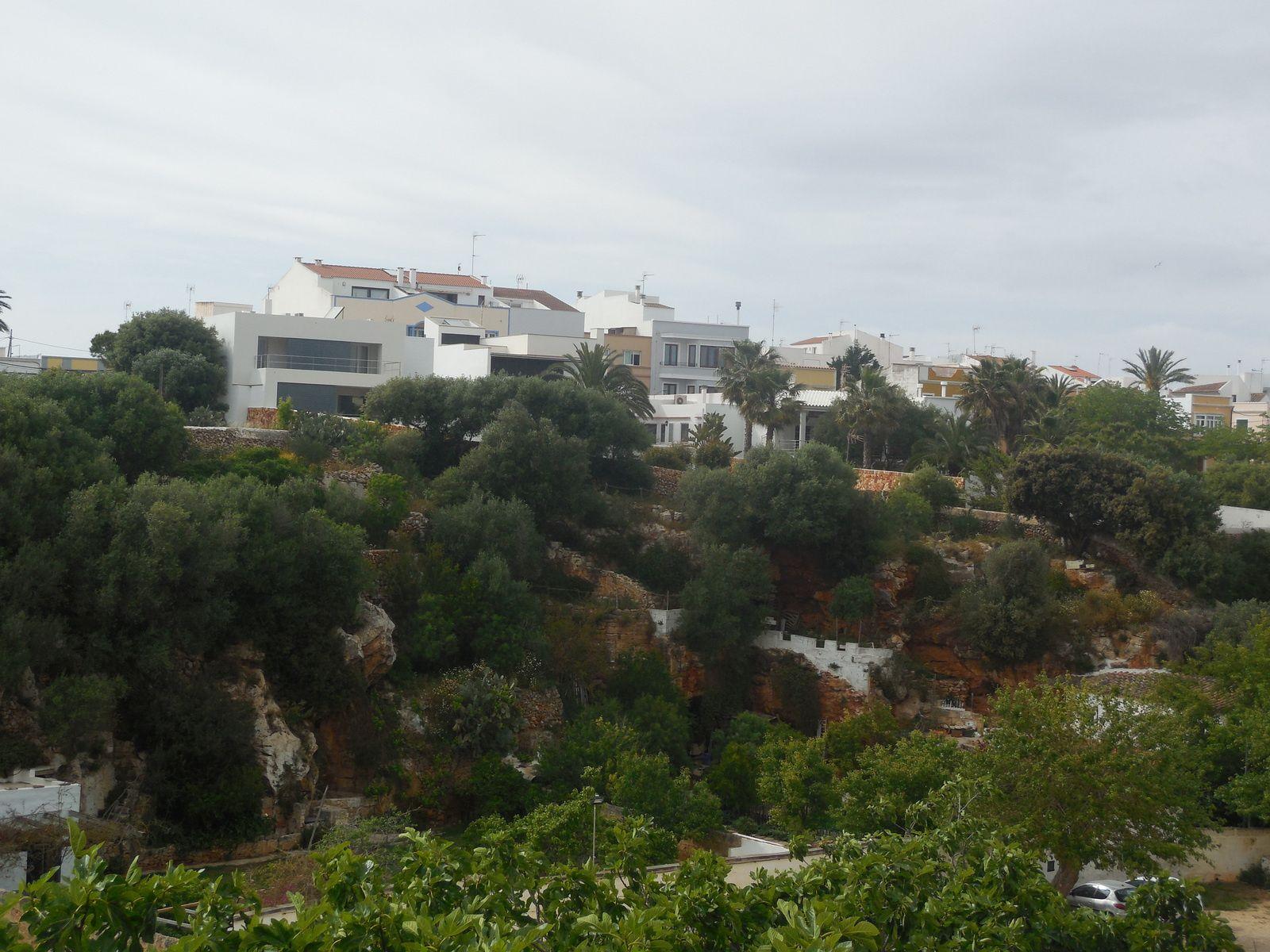Anciens quartiers de Ciutadella avec de petits jardins...