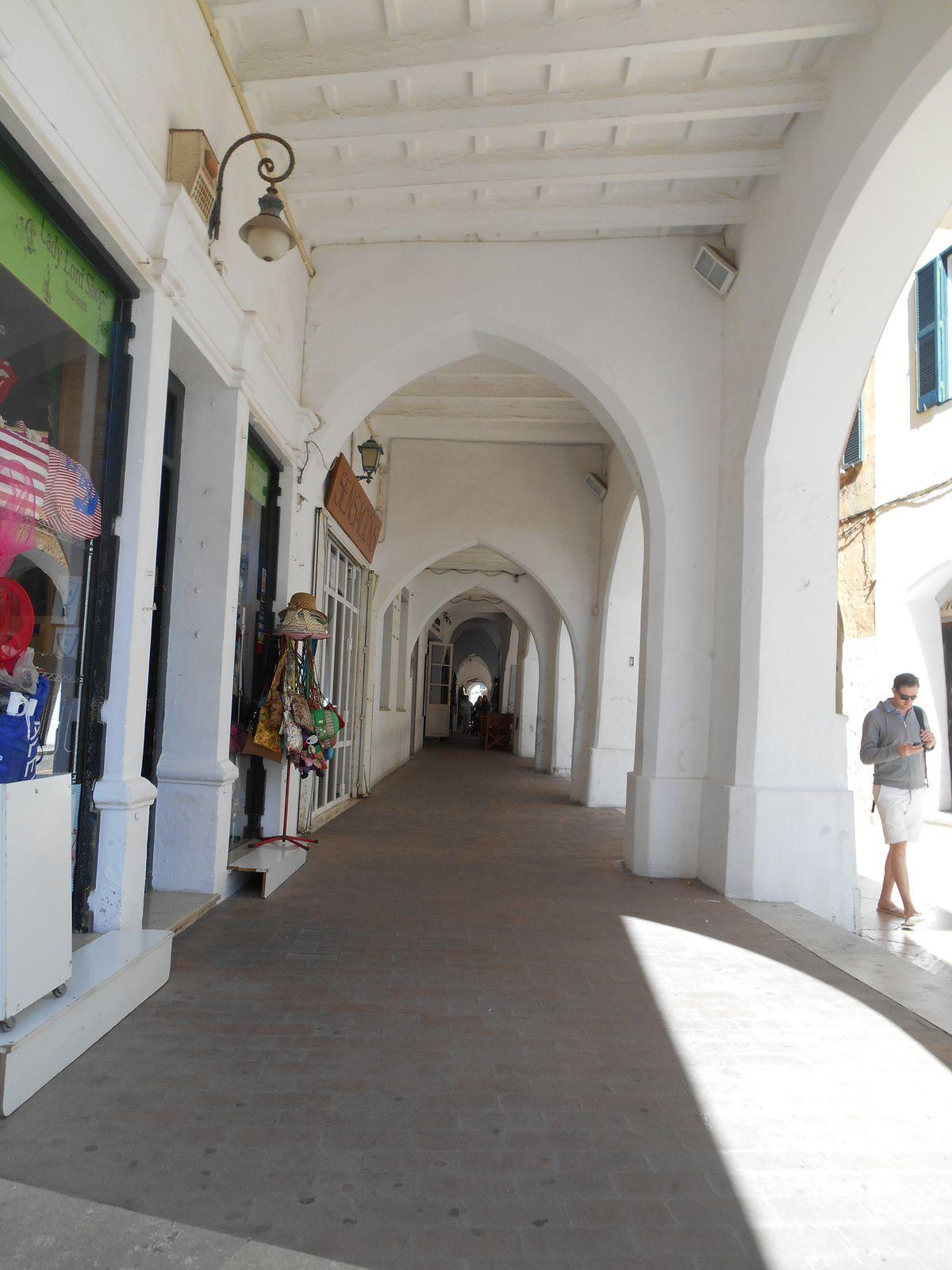 Arcades nous menant vers la Cathédrale Santa Maria...