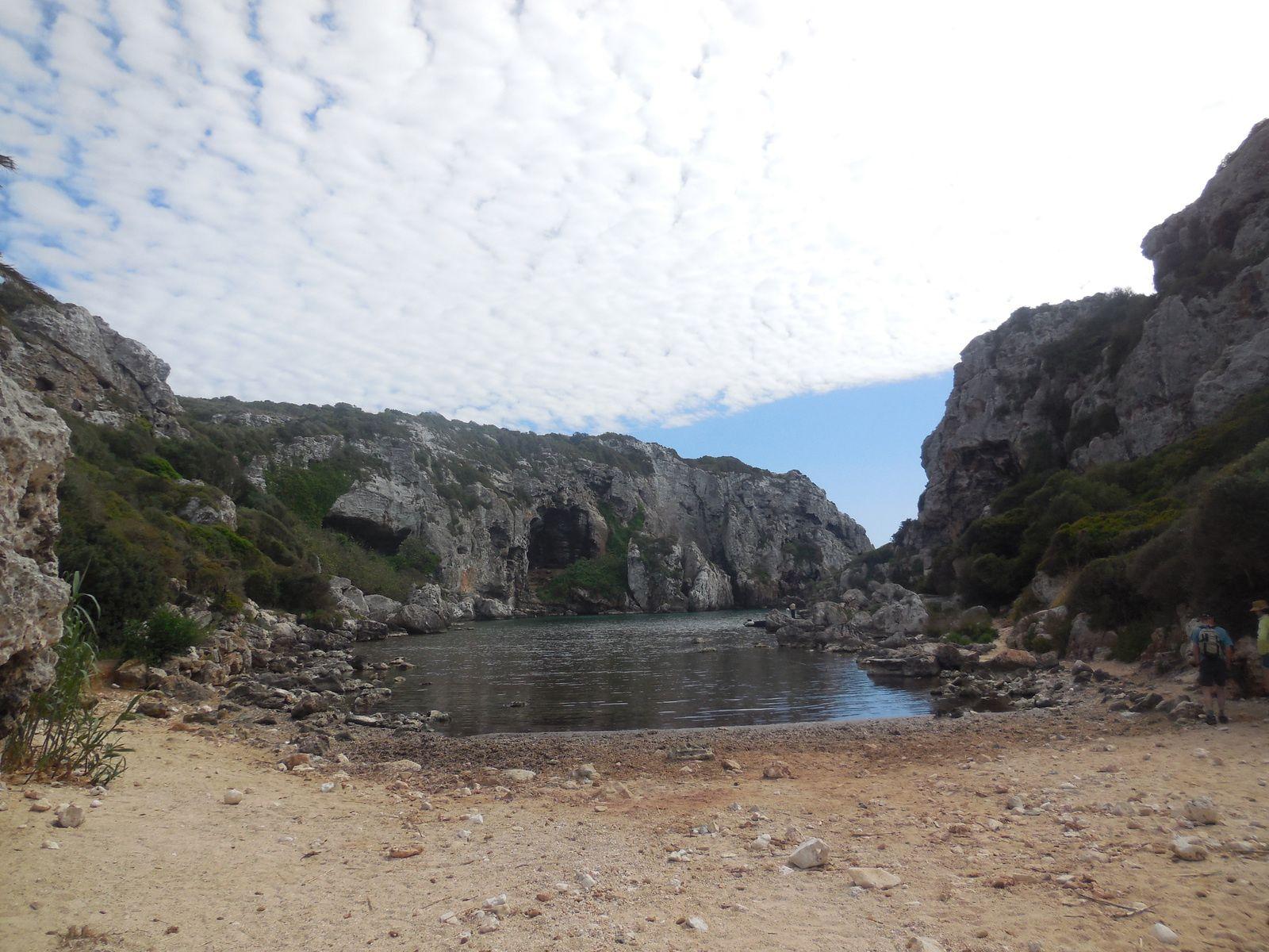 A droite, le sentier nous permettant d'avancer vers certaines grottes...
