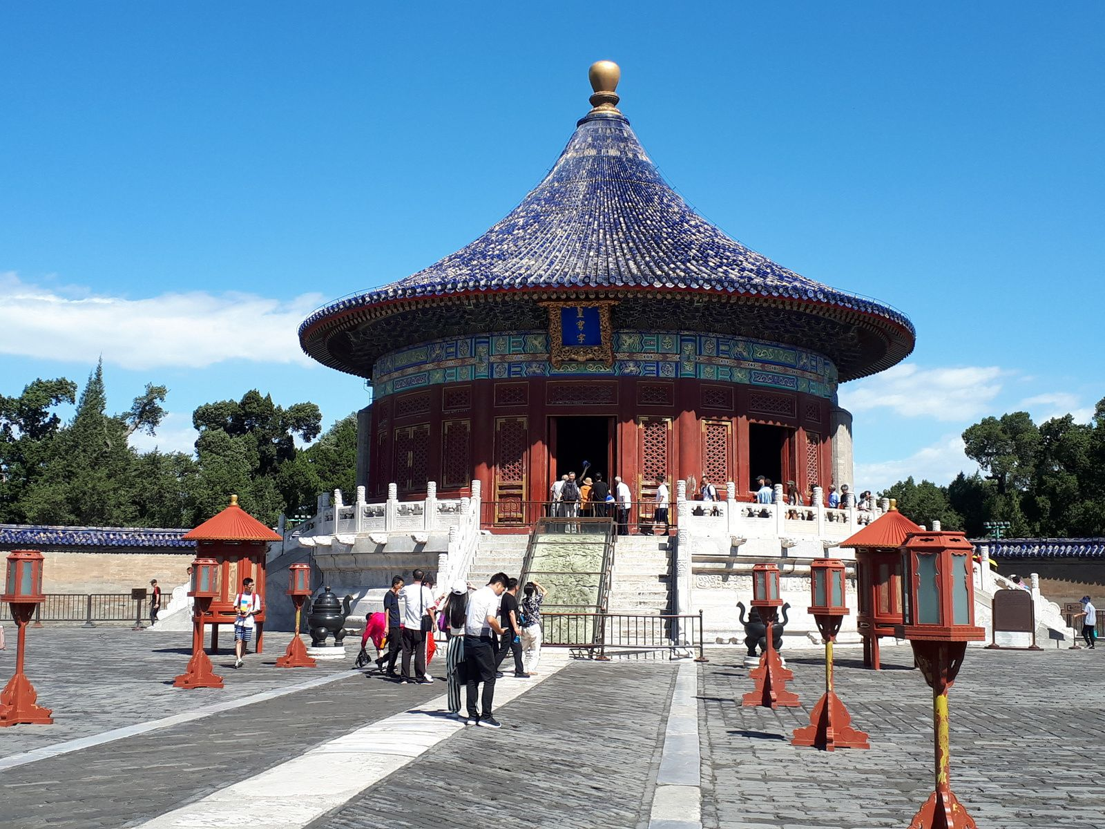 En avançant vers le nord, se trouve le Temple de la Voûte céleste impériale. Petit temple rond où étaient conservées les tablettes de prières servant à la cérémonie du solstice d'hiver..